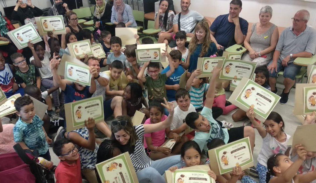 Entrega del diploma de petit inverstigador als alumnes de les escoles Les Arrels i Gegant del Rec de Salt i Puig d'Arques, Aldric i La Salle de Cassà que han col·laborat en el projecte PEHC