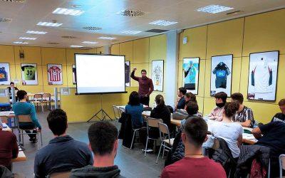 El professor de CAFE i de Fisioteràpia Dr. Sergi Garcia dirigeix la segona ponència del cicle de conferències Ciència a la Taula.