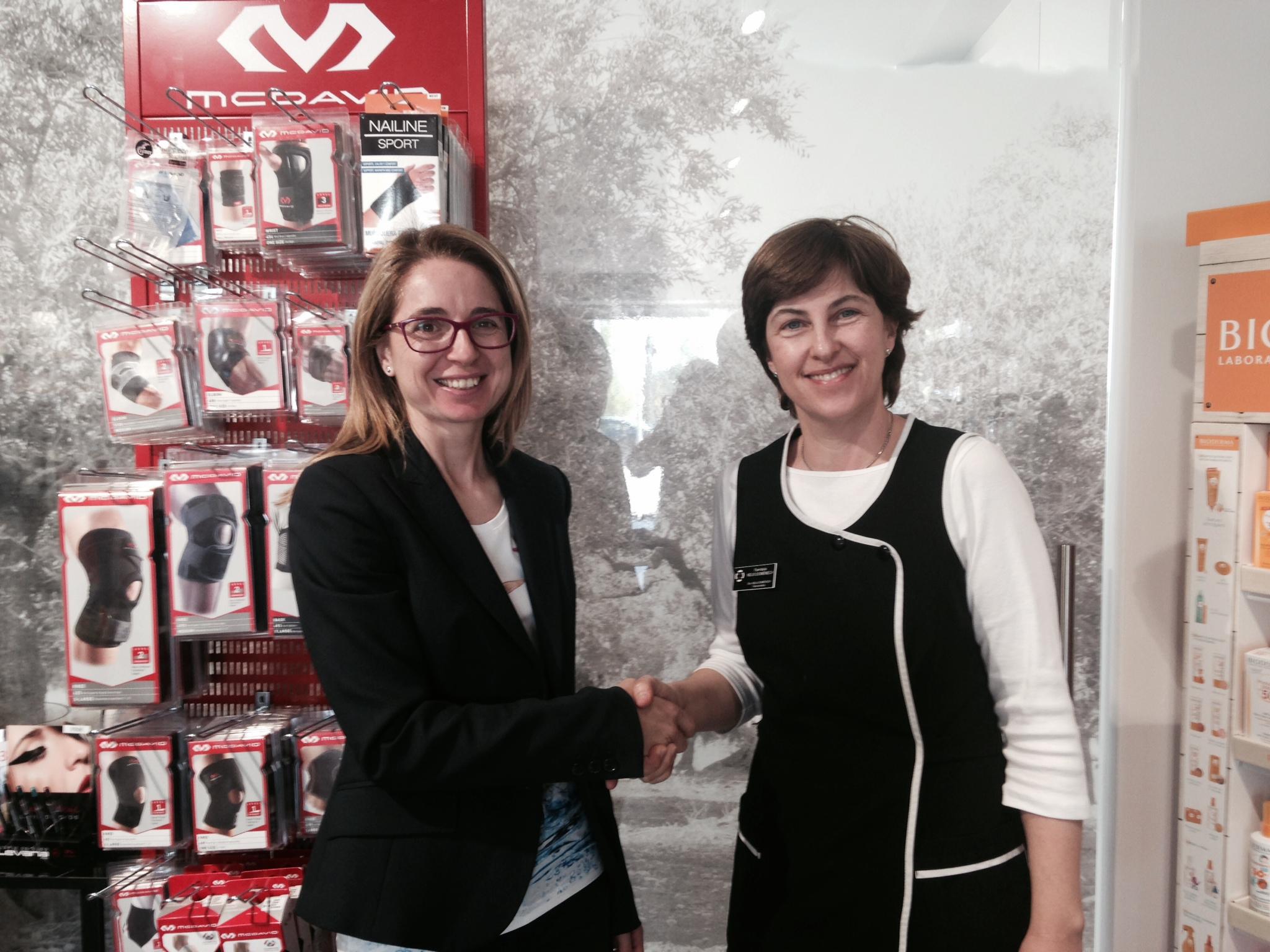 EUSES Alumni firma un conveni amb la farmàcia Neus Domènech i l'incorpora al Pla d'Avantatges
