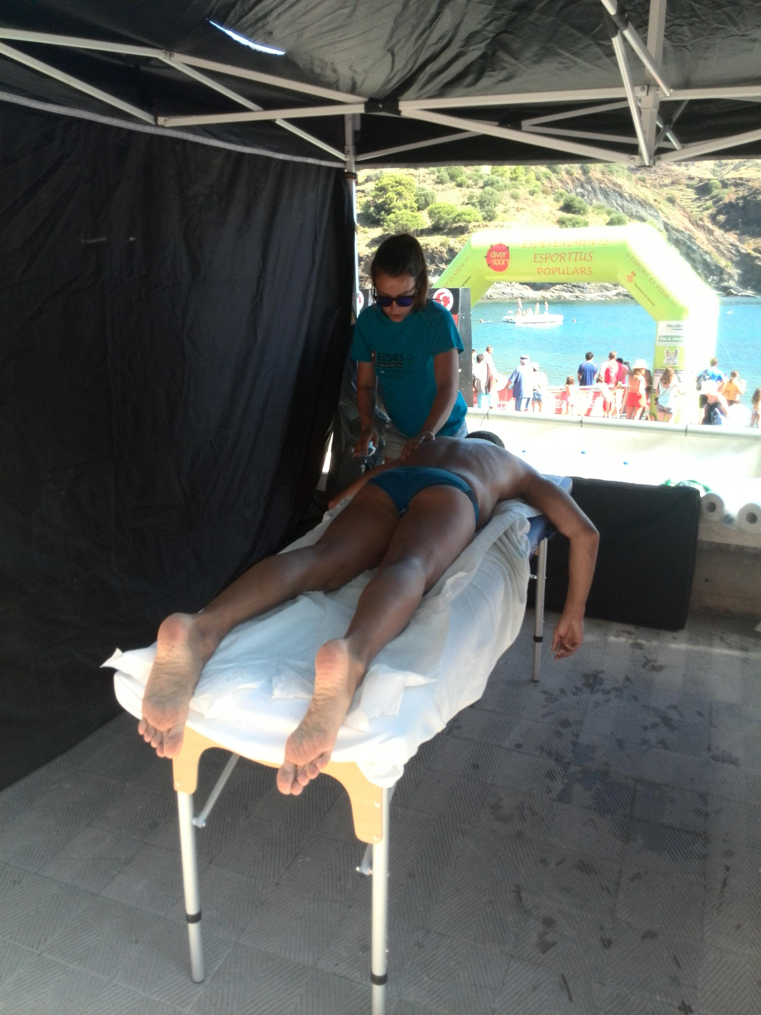EUSES recupera els nedadors de la travessia de natació entre Colera i Portbou