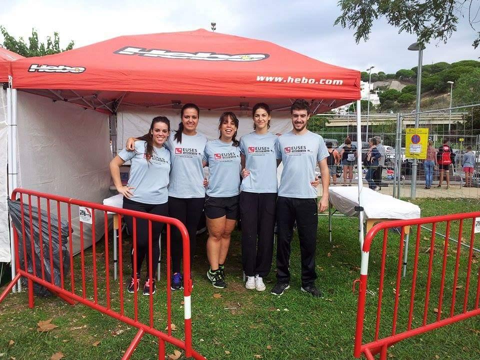 Alumnes del Grau en Fisioteràpia d'EUSES recuperen els esportistes en la Triatló de Sant Pol