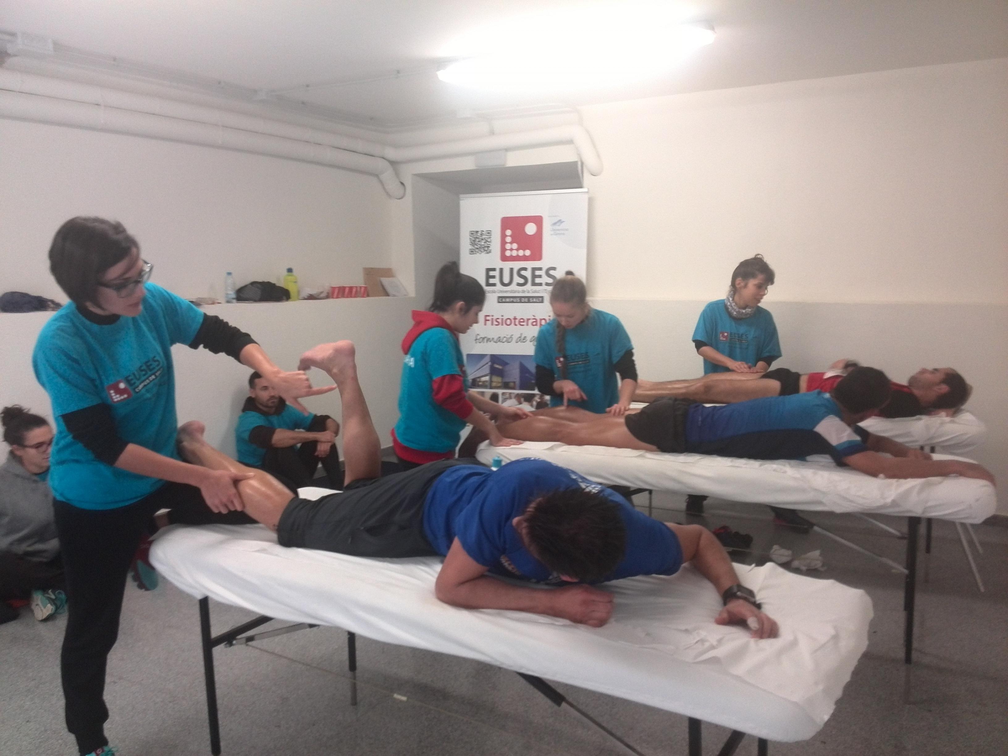 Alumnes del Grau en Fisioteràpia d'EUSES recuperen els participants de la Trepitja Garrotxa