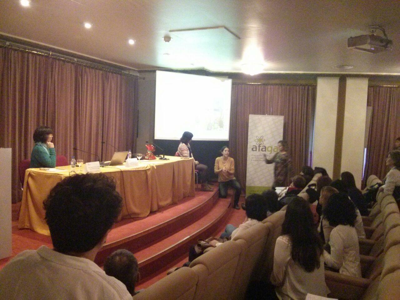 Conferència de la professora d'EUSES Eulàlia Bassas en les 13es Jornades Professionals sobre l'Alzheimer celebrades a Vigo