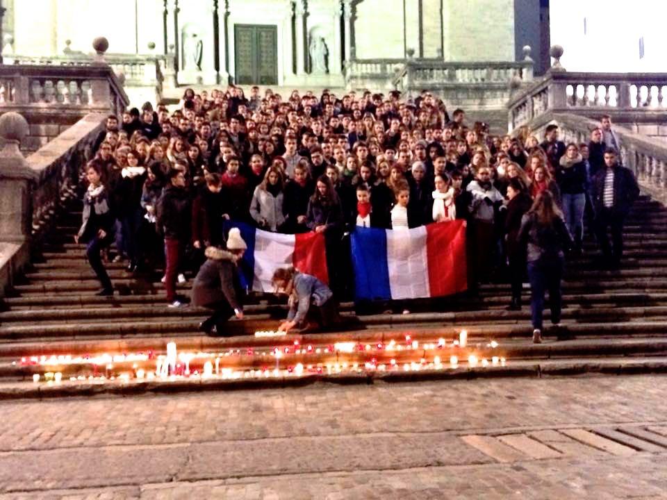Estudiants d'EUSES fan una marxa fins a la Catedral per homenatjar les víctimes dels atemptats terroristes de París