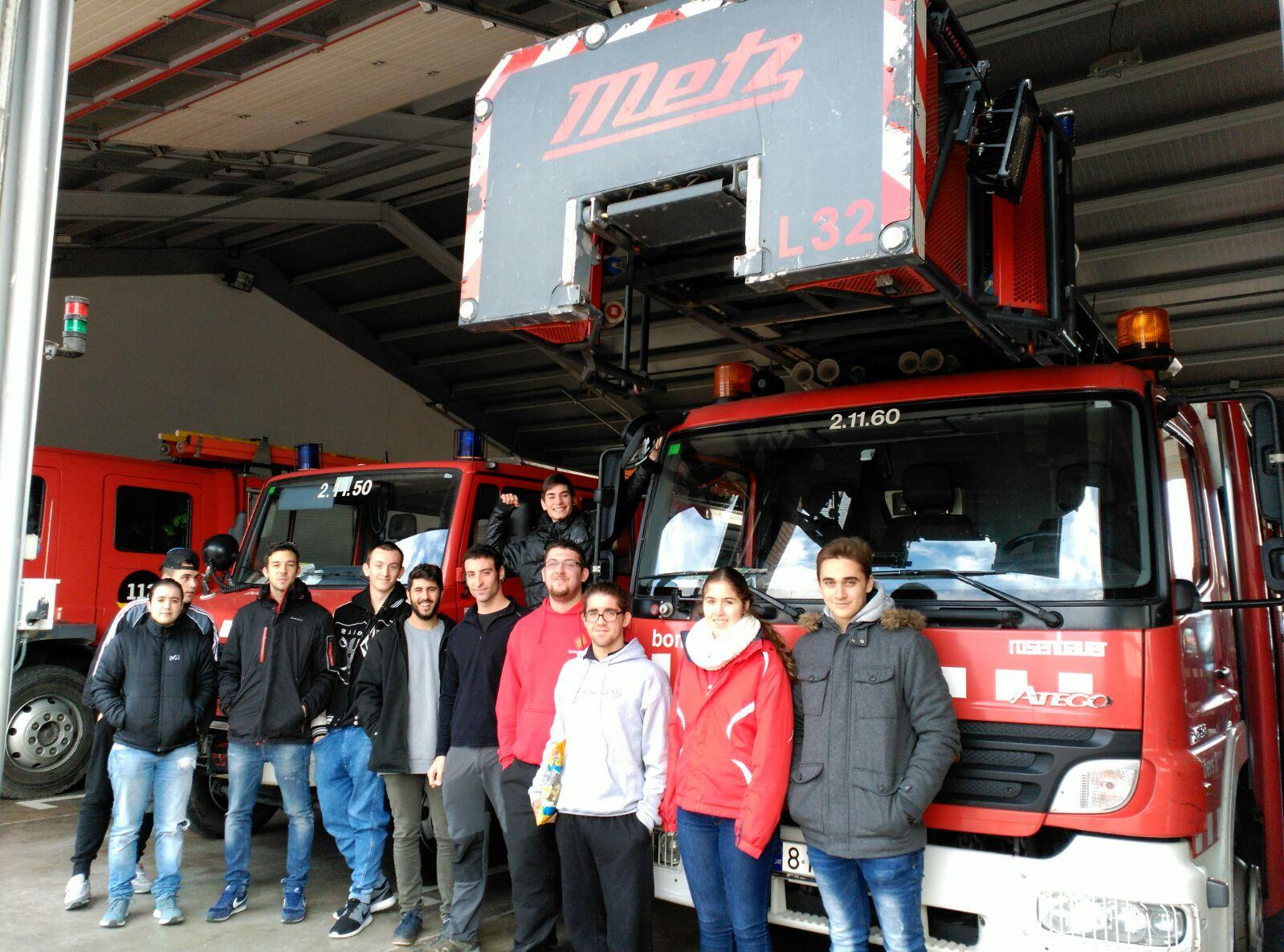 Visita dels alumnes del cicle formatiu d'Emergències Sanitàries al parc de bombers de Girona