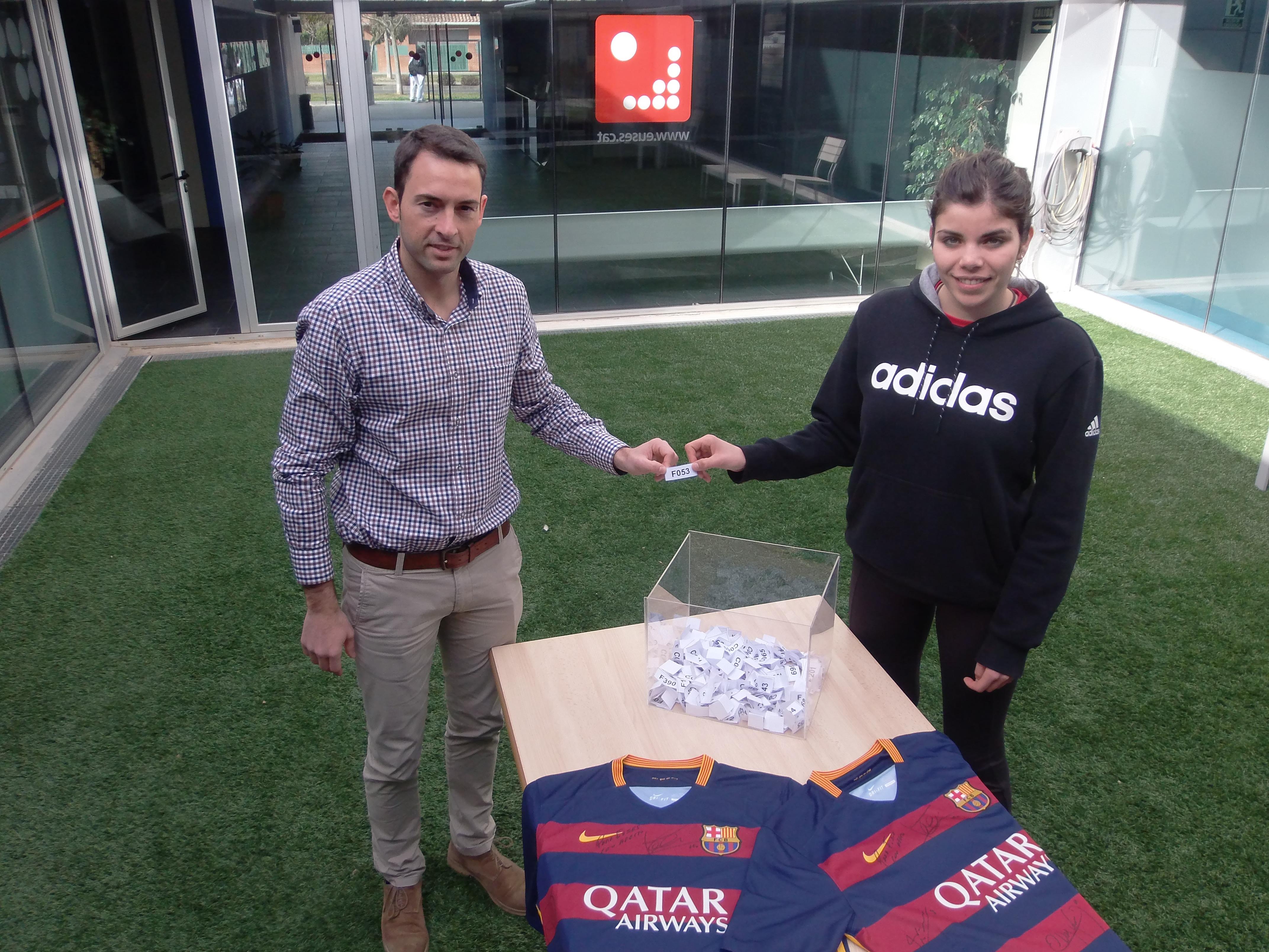 Ricard Busoms i Marc Vizcaíno, els afortunats del sorteig de dues samarretes del Barça signades pels jugadors del primer equip