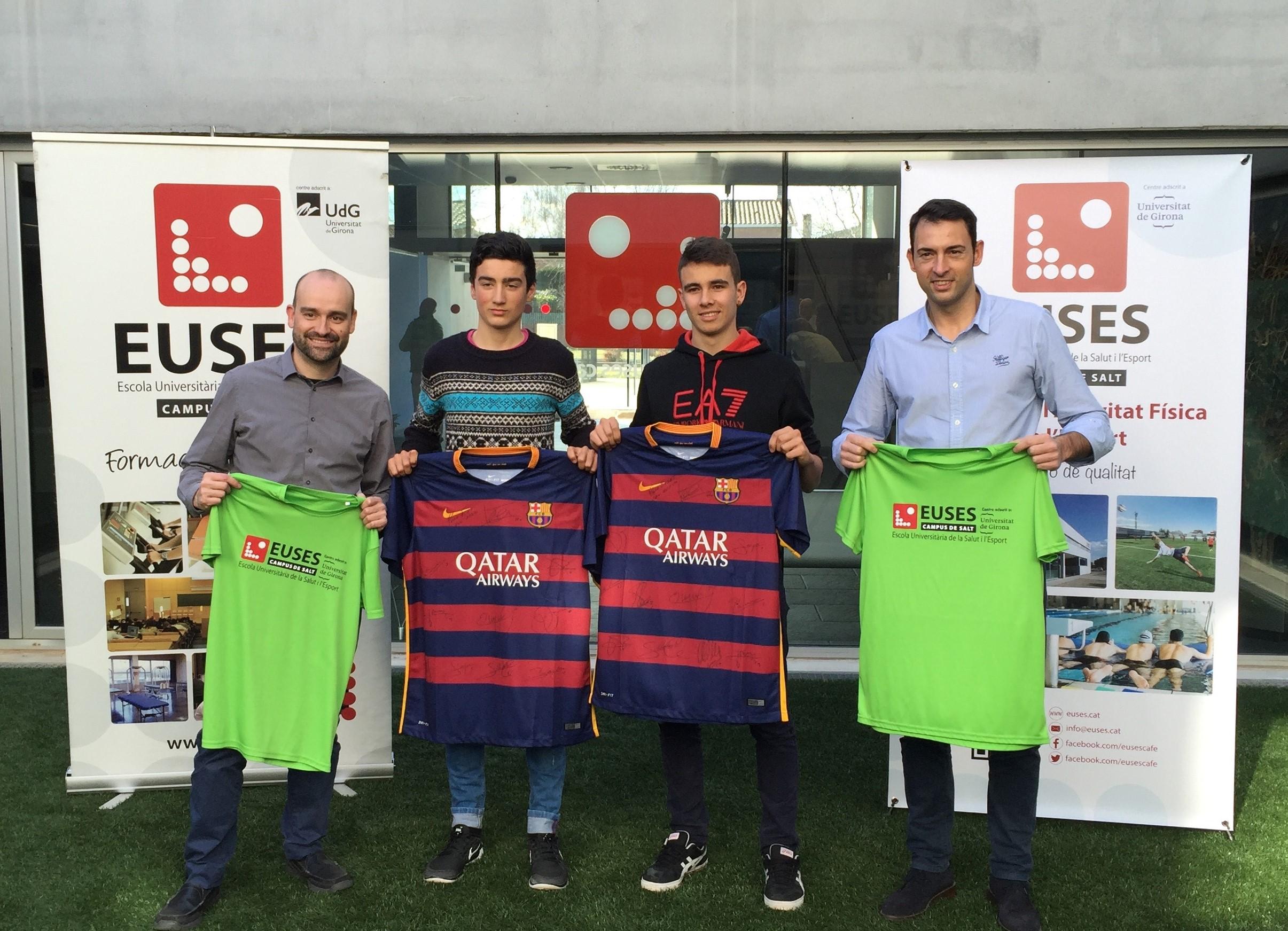 Els directors dels graus en CAFE i en Fisioteràpia d'EUSES fan entrega de les samarretes signades pels jugadors del Barça