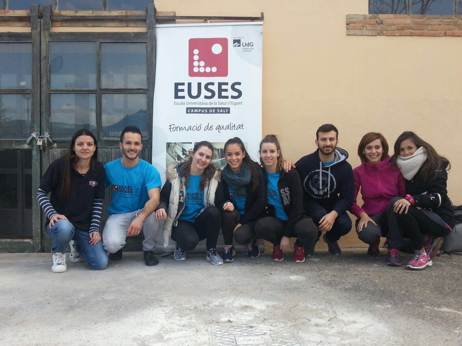 Alumnes del grau en Fisioteràpia d'EUSES recuperen els participants de la Marxa Cicloturista d'Amer