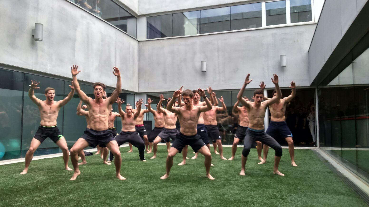 Els alumnes de 1r de CAFE d'EUSES celebren el Dia Mundial de la Dansa fent una performance al pati interior de l'escola