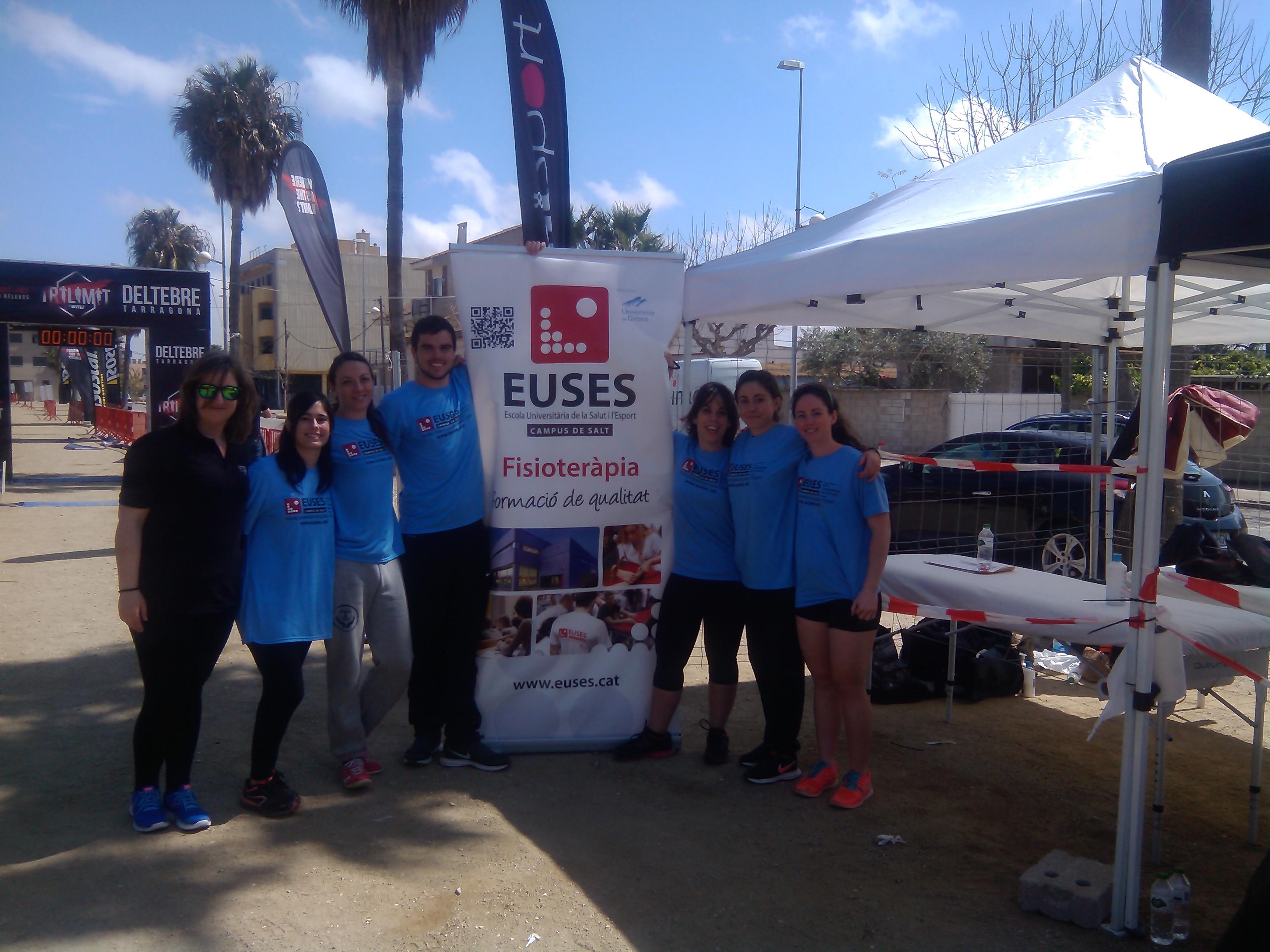 Sis estudiants del Grau en Fisioteràpia d'EUSES tenen cura dels participants de la Trilímit, a Deltebre (Tarragona)