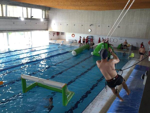 Els alumnes de 3r curs de CAFE organitzen un parc aquàtic amb diverses activitats a la piscina municipal de Salt