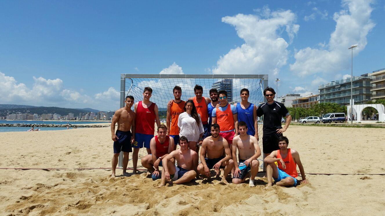 Sessió pràctica d'handbol-platja a Palamós per part dels alumnes de 3r curs de CAFE d'EUSES
