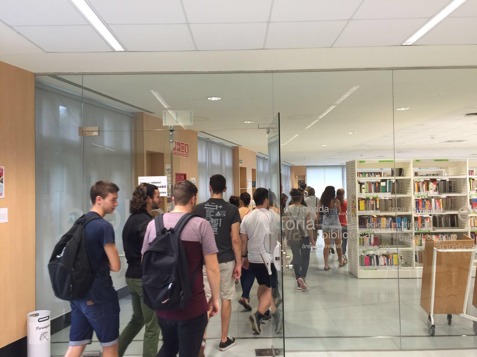 Els estudiants dels graus en CAFE i en Fisioteràpia d'EUSES visiten el CRAI del Campus Terres de l'Ebre de la Universitat Rovira i Virgili