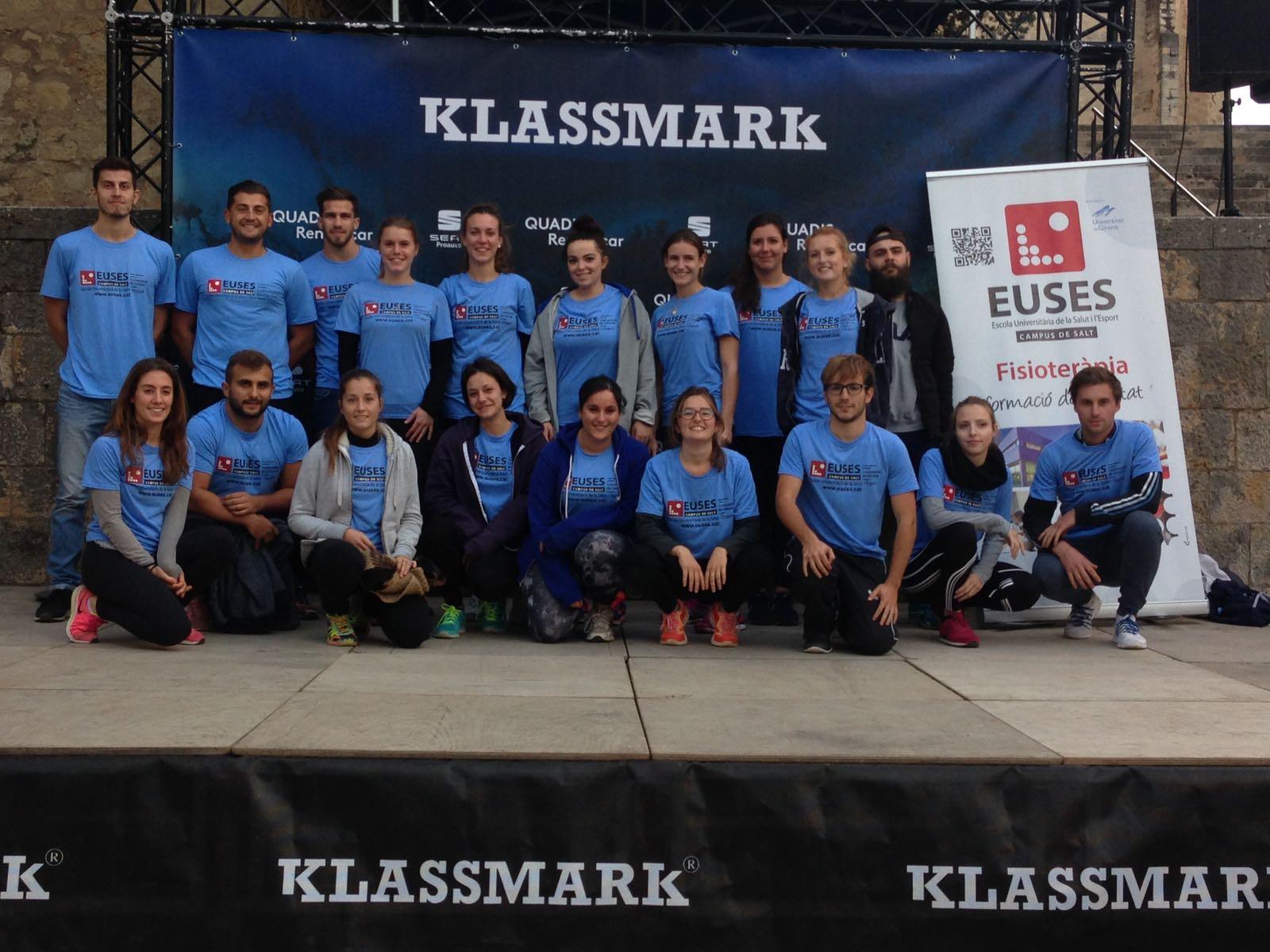 Una vintena d'estudiants del Grau en Fisioteràpia recuperen els participants de la cursa de Muntanya de Girona