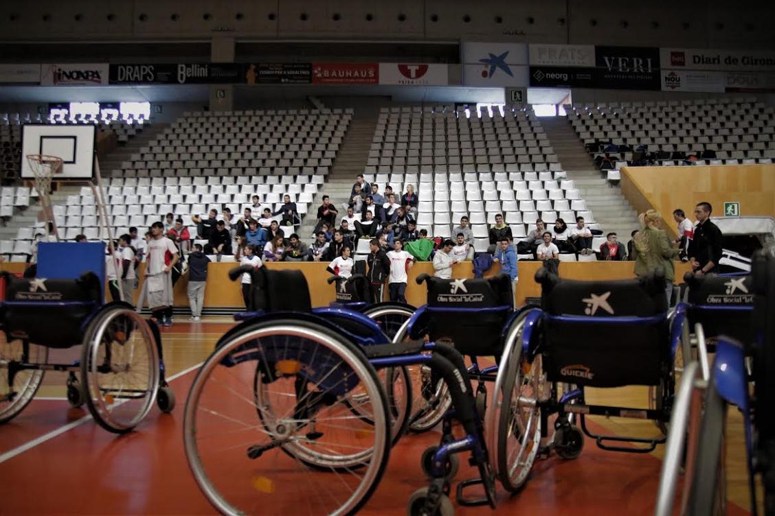 Alumnes de Secundària es posen a la pell de persones amb discapacitats mitjançant la pràctica esportiva en el marc del programa CreaXarxa