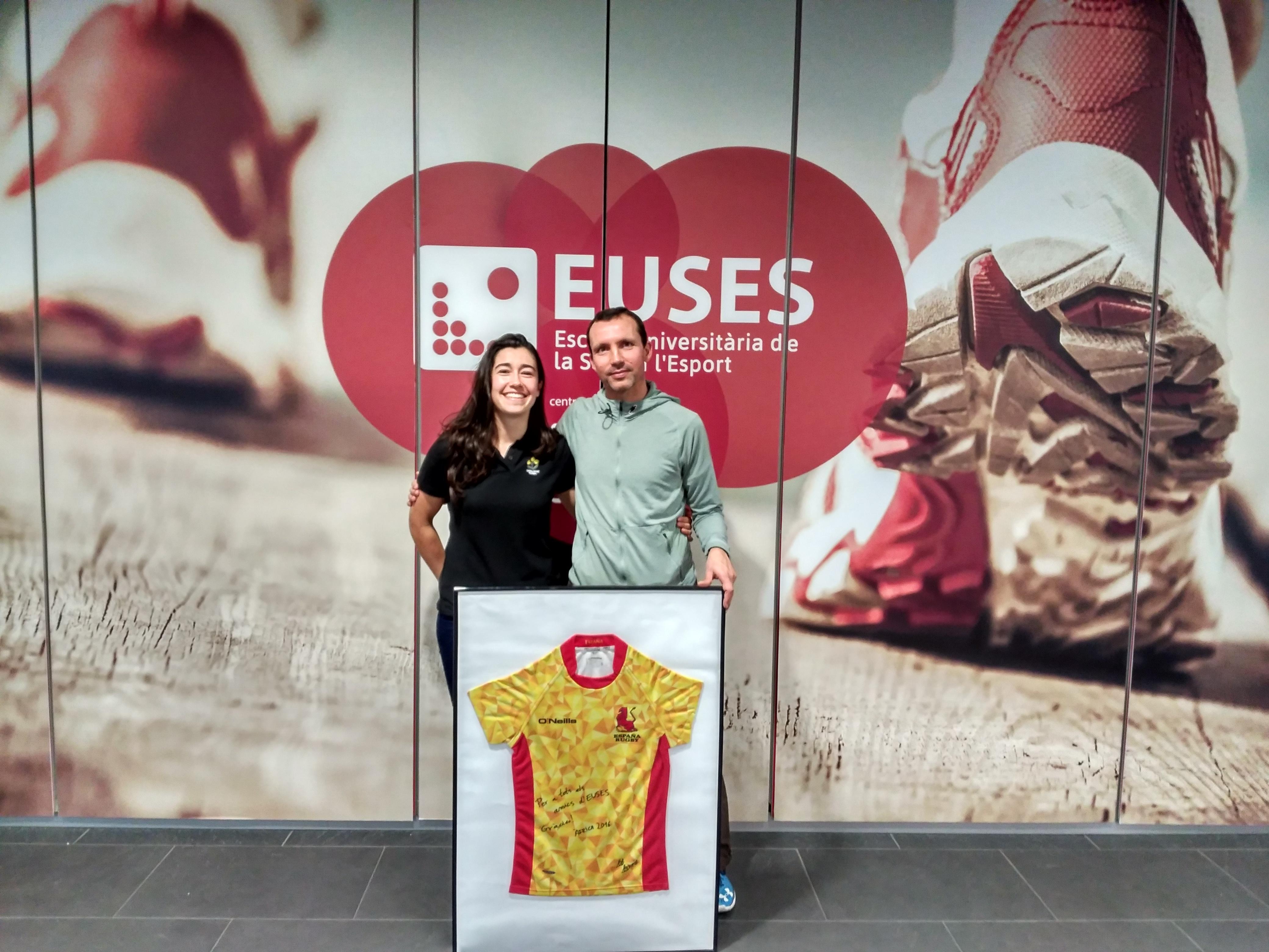 Africa Félez, graduada en CAFE i actual estuidant del Grau en Fisioteràpia, cedeix a EUSES una samarreta de la selecció espanyola de rugbi
