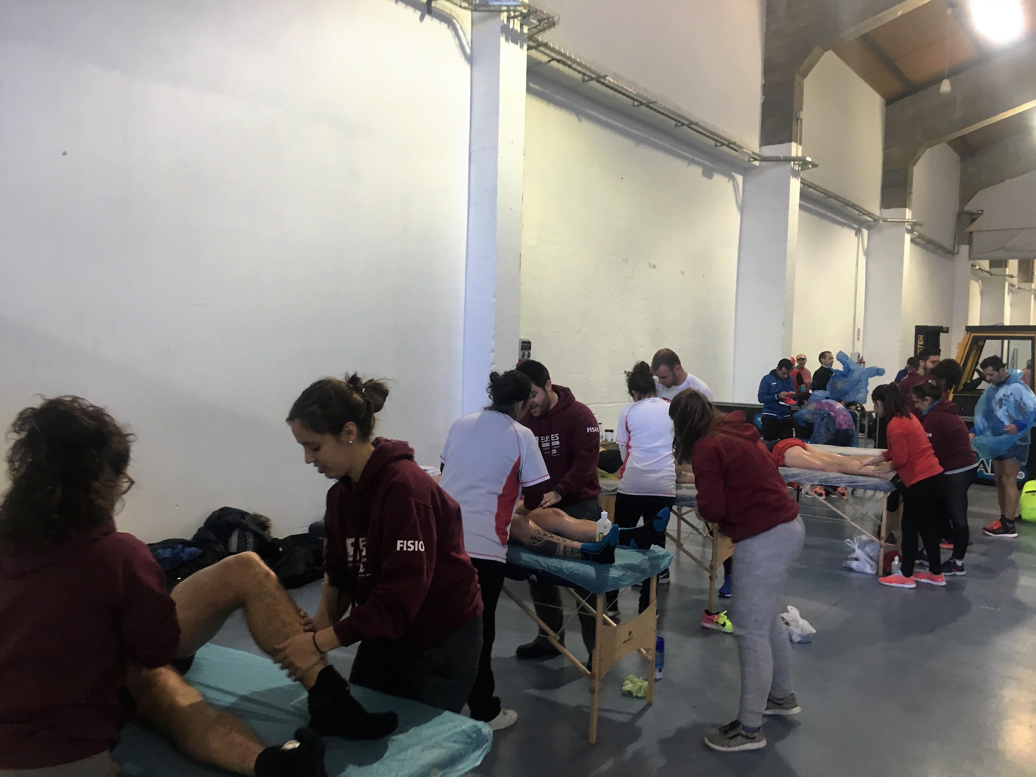 Dotze alumnes del Grau en Fisioteràpia d'EUSES Terres de l'Ebre-URV recuperen els esportistes de la Marató de Tarragona