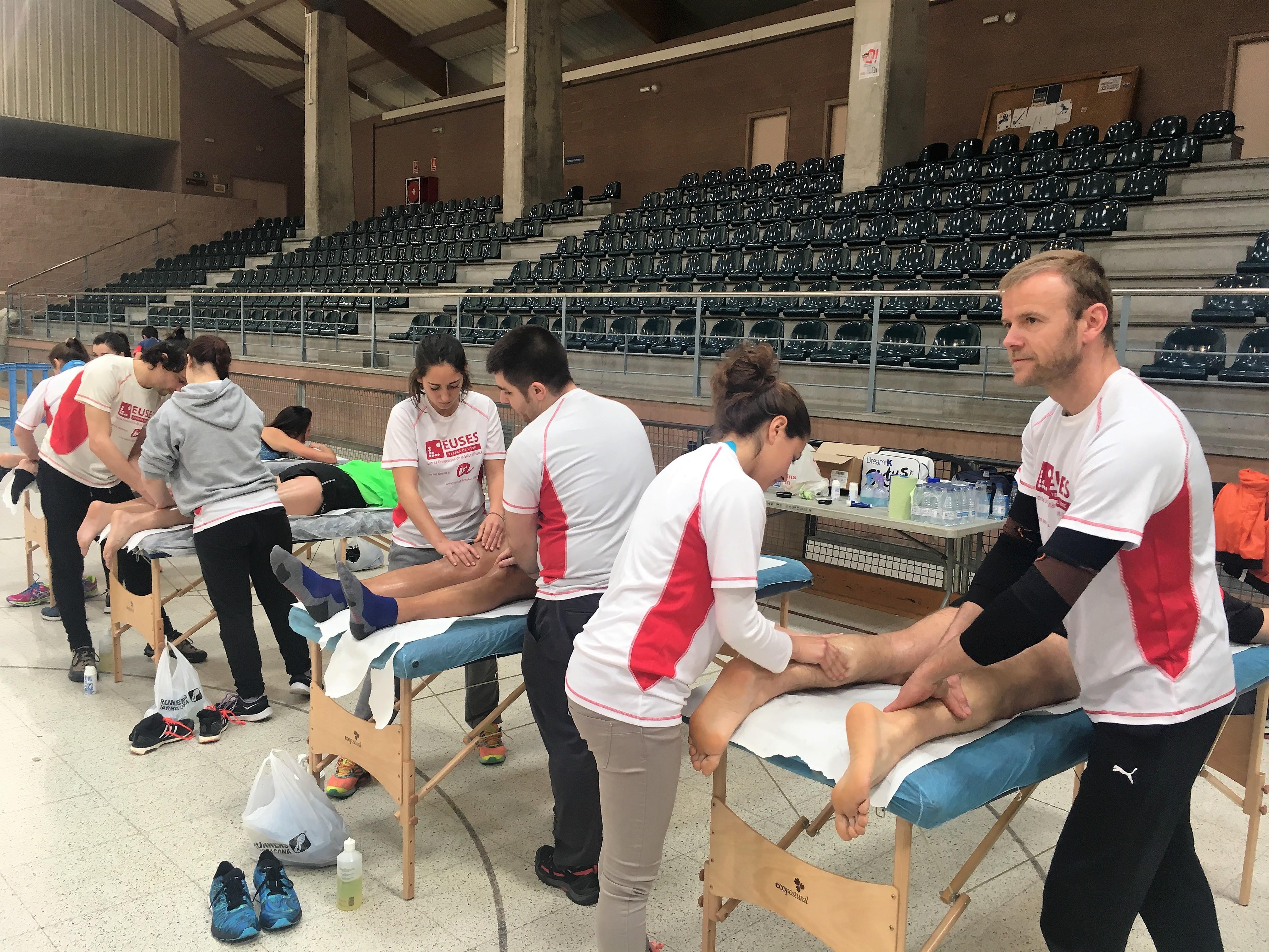 Alumnes del Grau en Fisioteràpia d'EUSES TE-URV recuperen els participants de la mitja marató de Cambrils