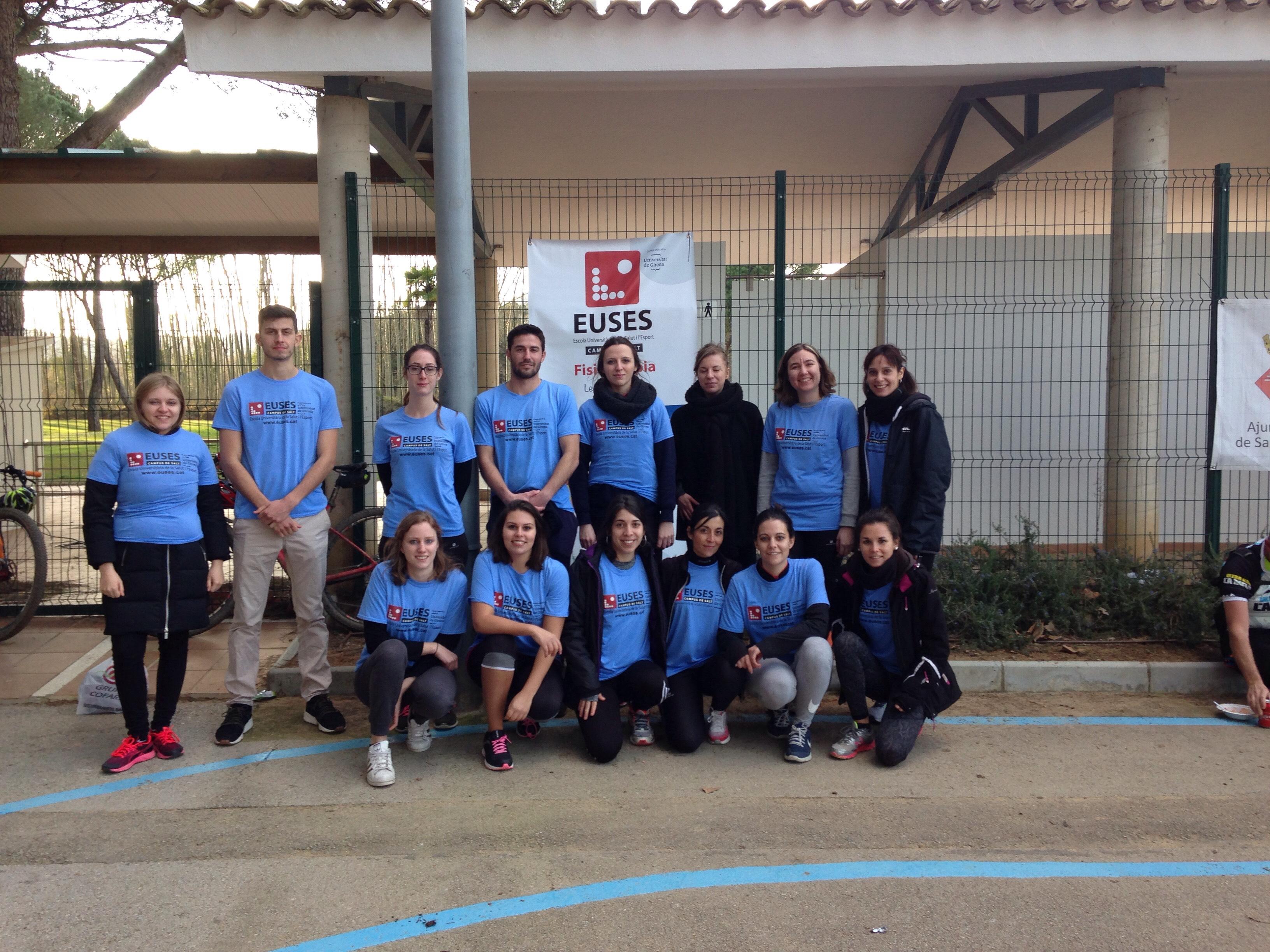 Alumnes del Grau en Fisioteràpia d'EUSES recuperen amb massatges i estiraments els ciclistes de la Girona MTB Challenge