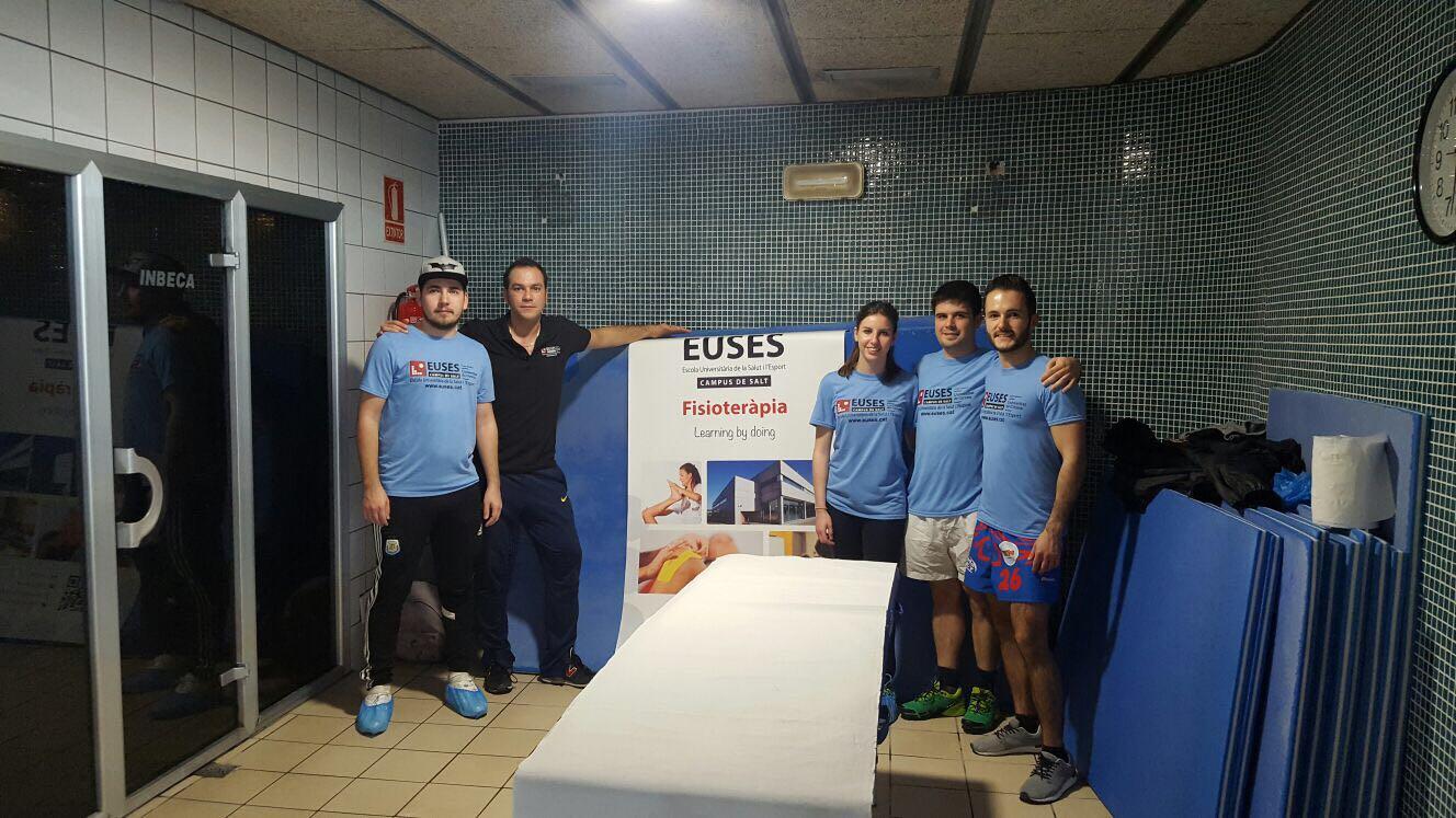 Alumnes del Grau en Fisioteràpia recuperen muscularment els participants de la Swimfaster celebrada a la piscina de Salt