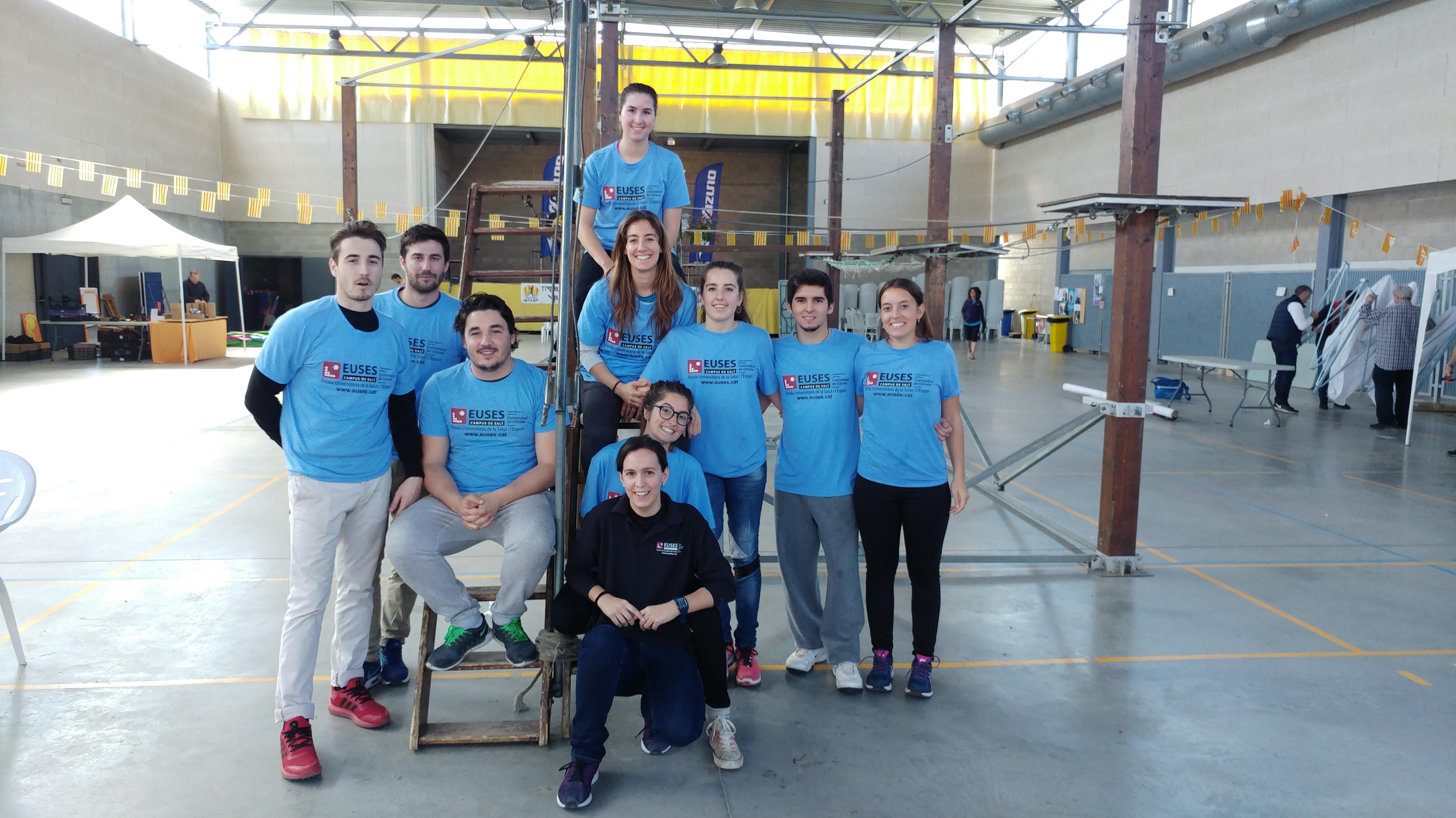 Onze estudiants del Grau en Fisioteràpia d'EUSES recuperen a Vilajuïga els participants de les diferents proves de la cursa Entre Castells