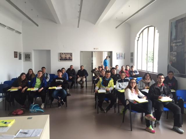 Alumnes de CAFE d'EUSES Terres de l'Ebre-URV participen com a voluntaris en diferents punts de la 5a etapa de la Volta