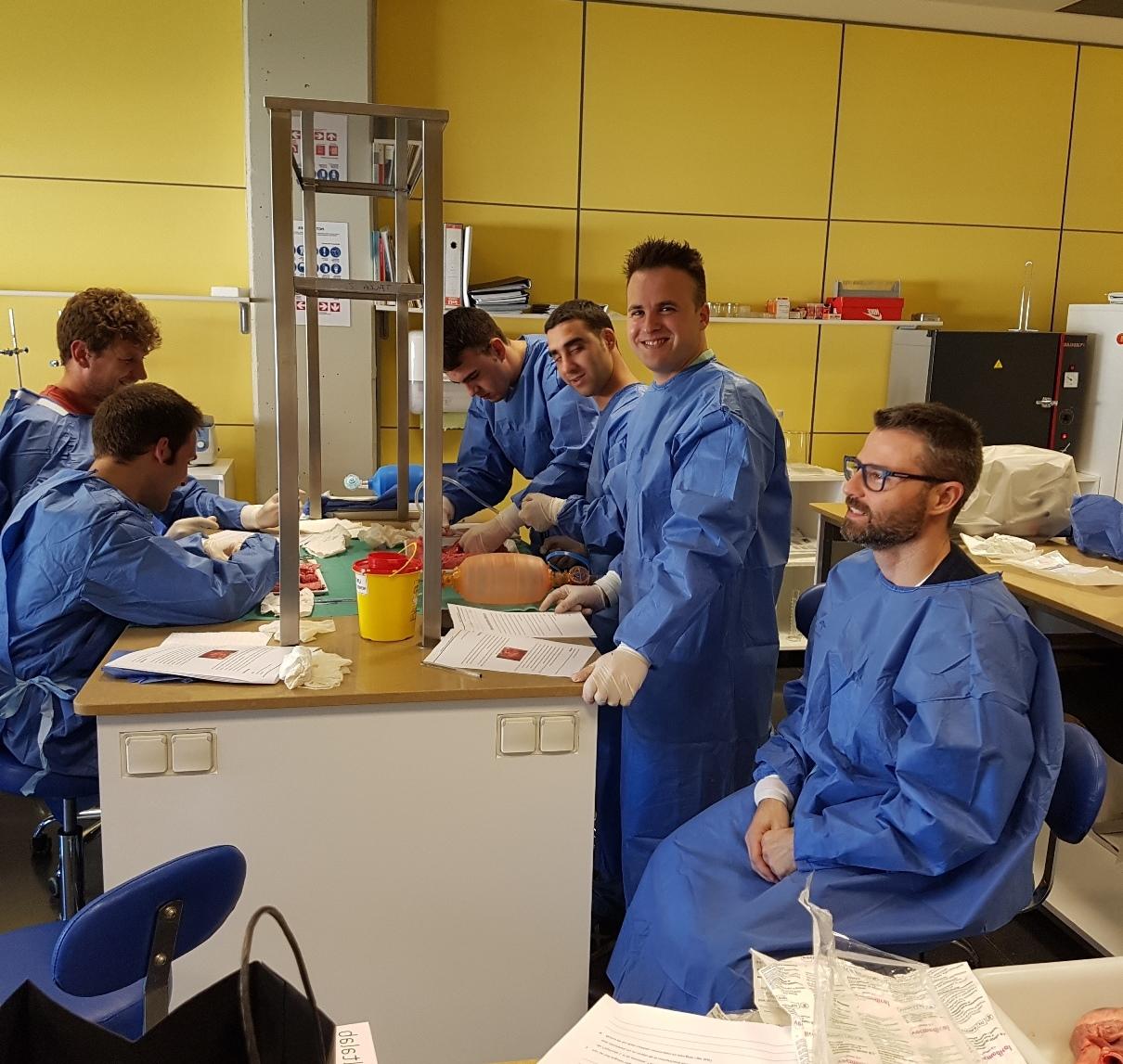 Classe pràctica d'anatomia dels alumnes del cicle formatiu de Tècnic Mitjà en Emergències Sanitàries