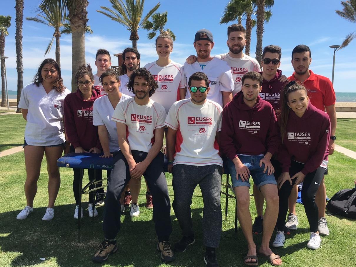 Quinze estudiants del Grau en Fisioteràpia d'EUSES Terres de l'Ebre recuperen els participants de la Triatló de Sant Carles de la Ràpita