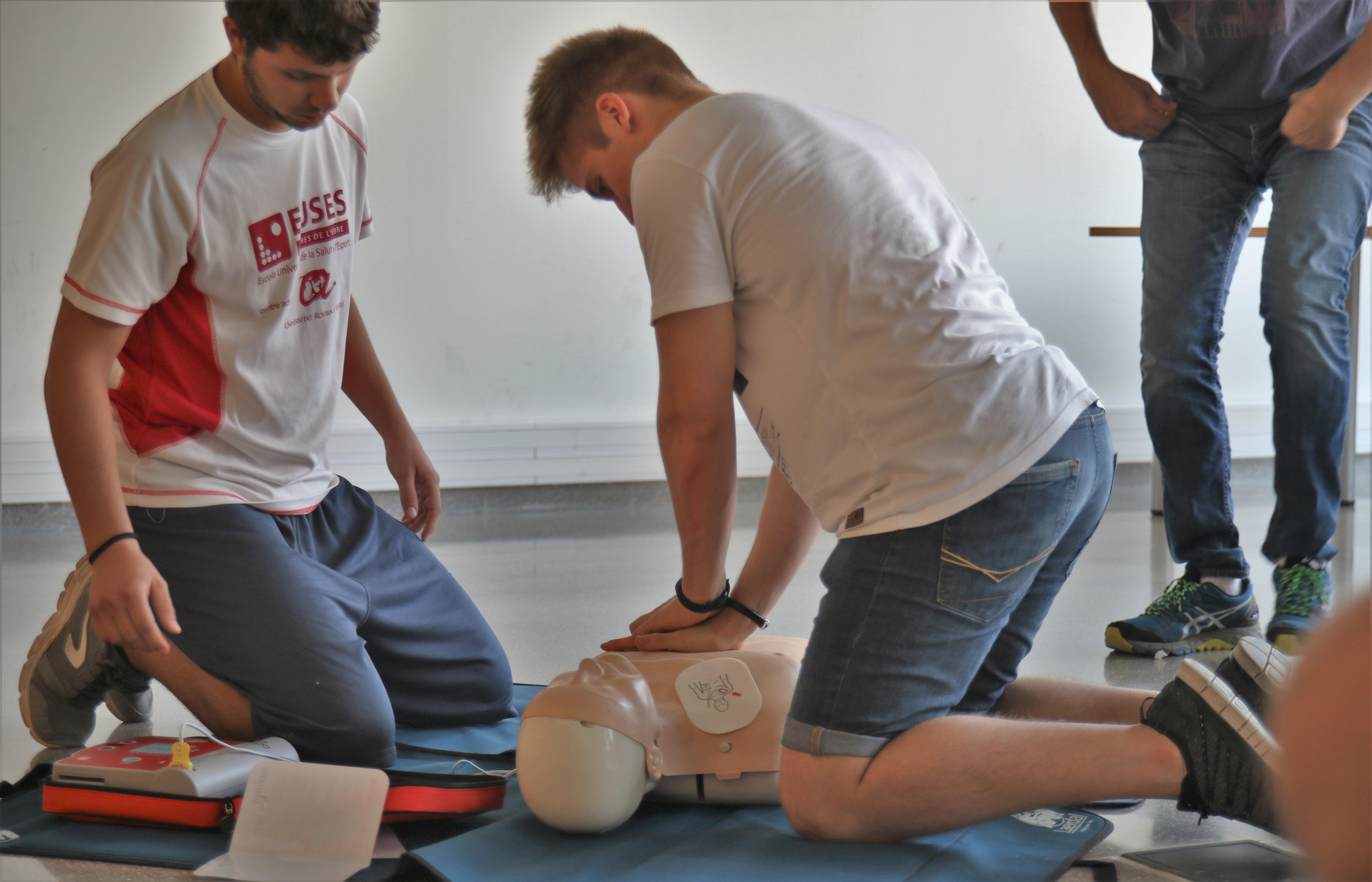 Els alumnes dels graus en CAFE i en Fisioteràpia d'EUSES Terres de l'Ebre-URV realitzen el curs de SVB-DEA