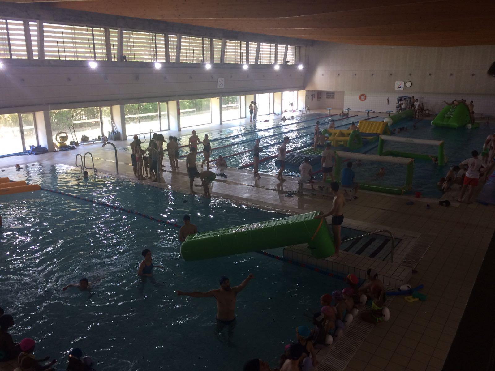 Els estudiants de 3r de CAFE d'EUSES organitzen un parc aquàtic a la piscina municipal de Salt emmarcat en l'assignatura d'Esports Aquàtics