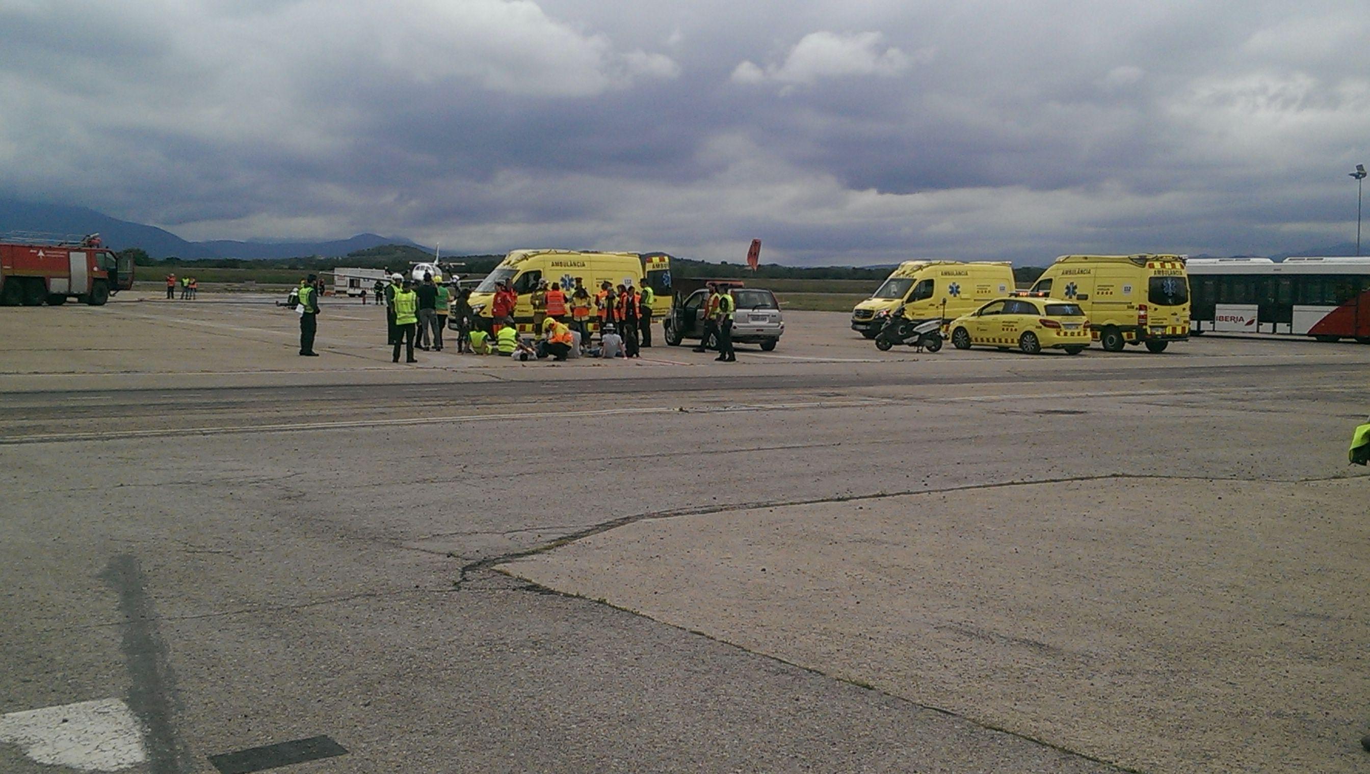 Els alumnes de 2n curs del cicle de TES participen com a figurants en el simulacre a l'aeroport de Girona d'un accident aeri amb múltiples víctimes