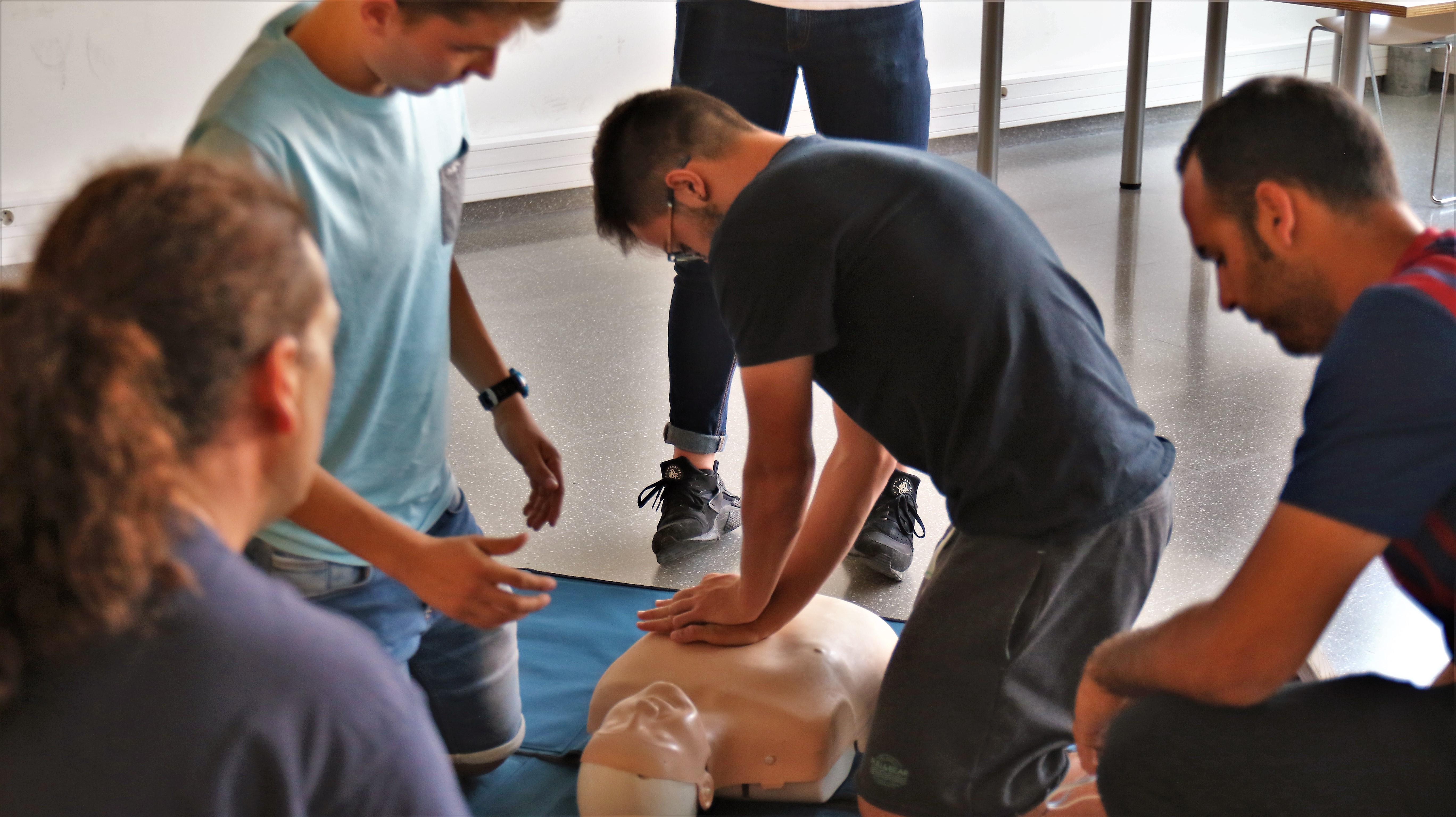 Un exemple de 'learning by doing': els alumnes dels graus en CAFE i en Fisioteràpia d'EUSES Terres de l'Ebre-URV realitzen el curs de SVB-DEA