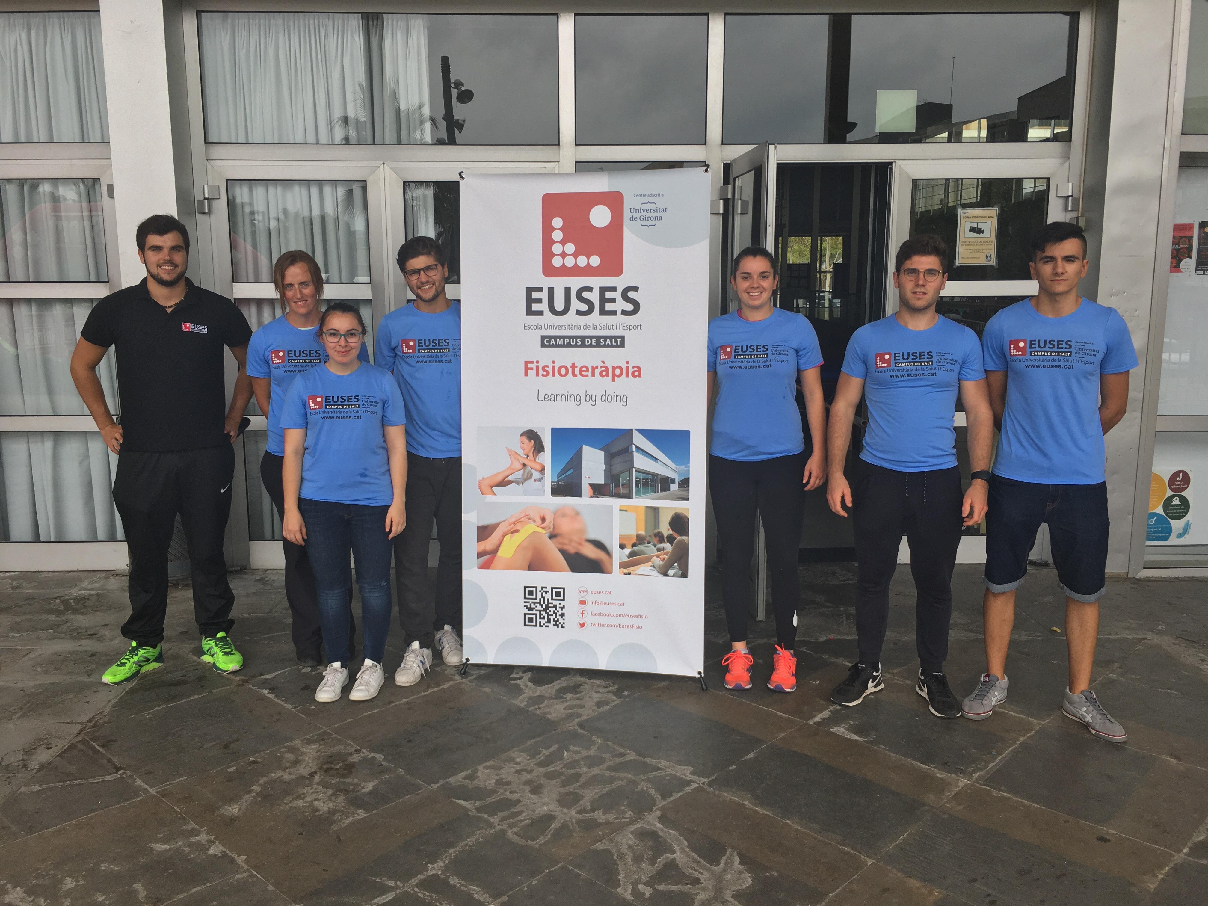 Alumnes del Grau en Fisioteràpia d'EUSES recuperen els esportistes de la triatló de mitja distància HALF Platja d'Aro