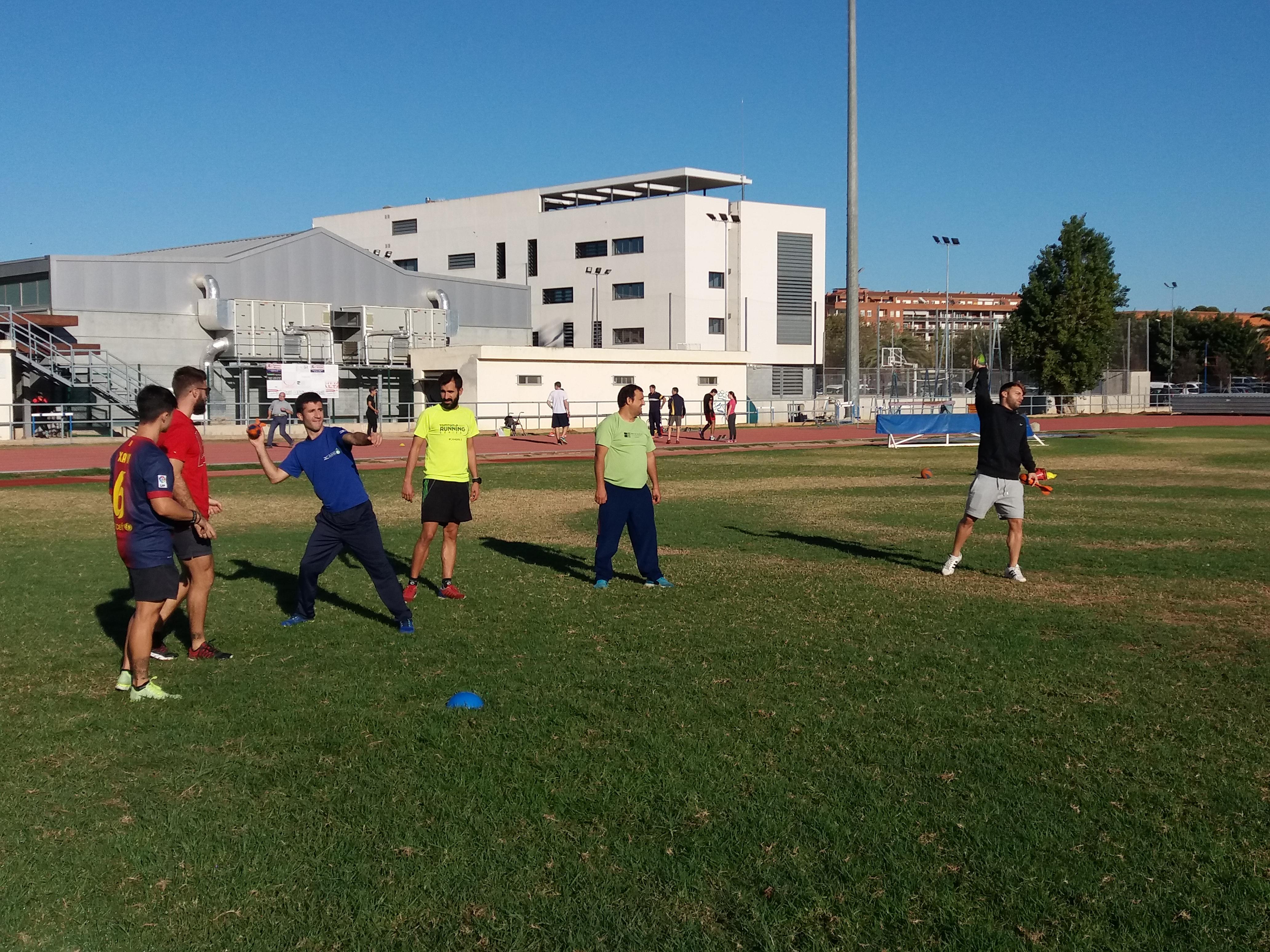 Estudiants de 3r de CAFE d'EUSES TE-URV posen en pràctica una sessió d'atletisme adaptat per als clients del Centre la Duna de Deltebre