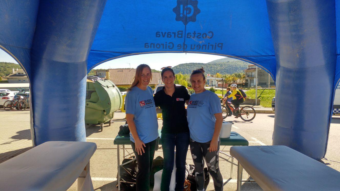 Estudiants del grau en Fisioteràpia d'EUSES recuperen els ciclistes de la Volcanolímits Bike, a Les Planes