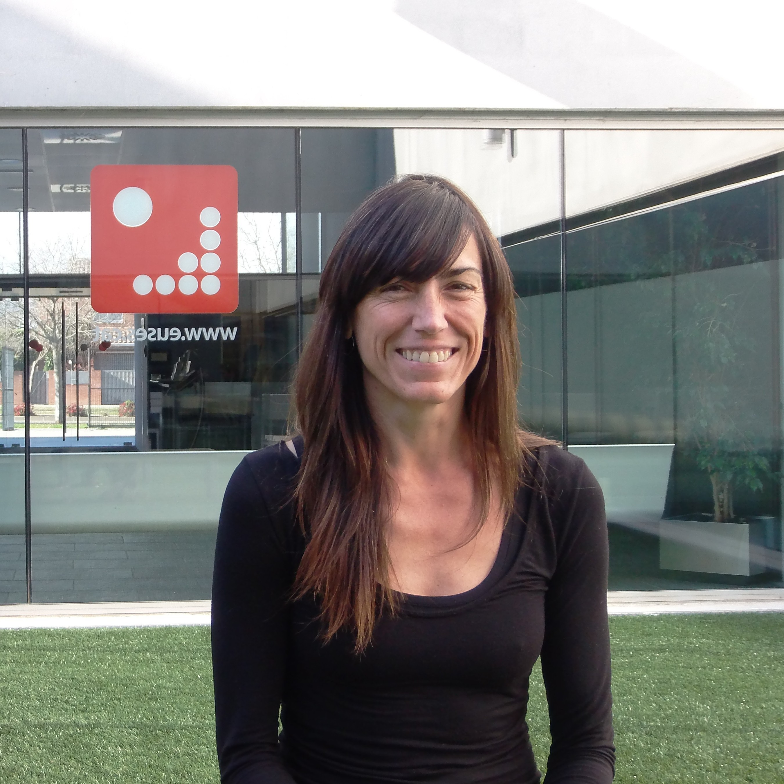 """La Dra. Glòria Rovira, professora de """"Dansa i expressió corporal"""" de CAFE, realitza una conferència-taller dirigida als treballadors de la delegació de la Generalitat a Girona"""