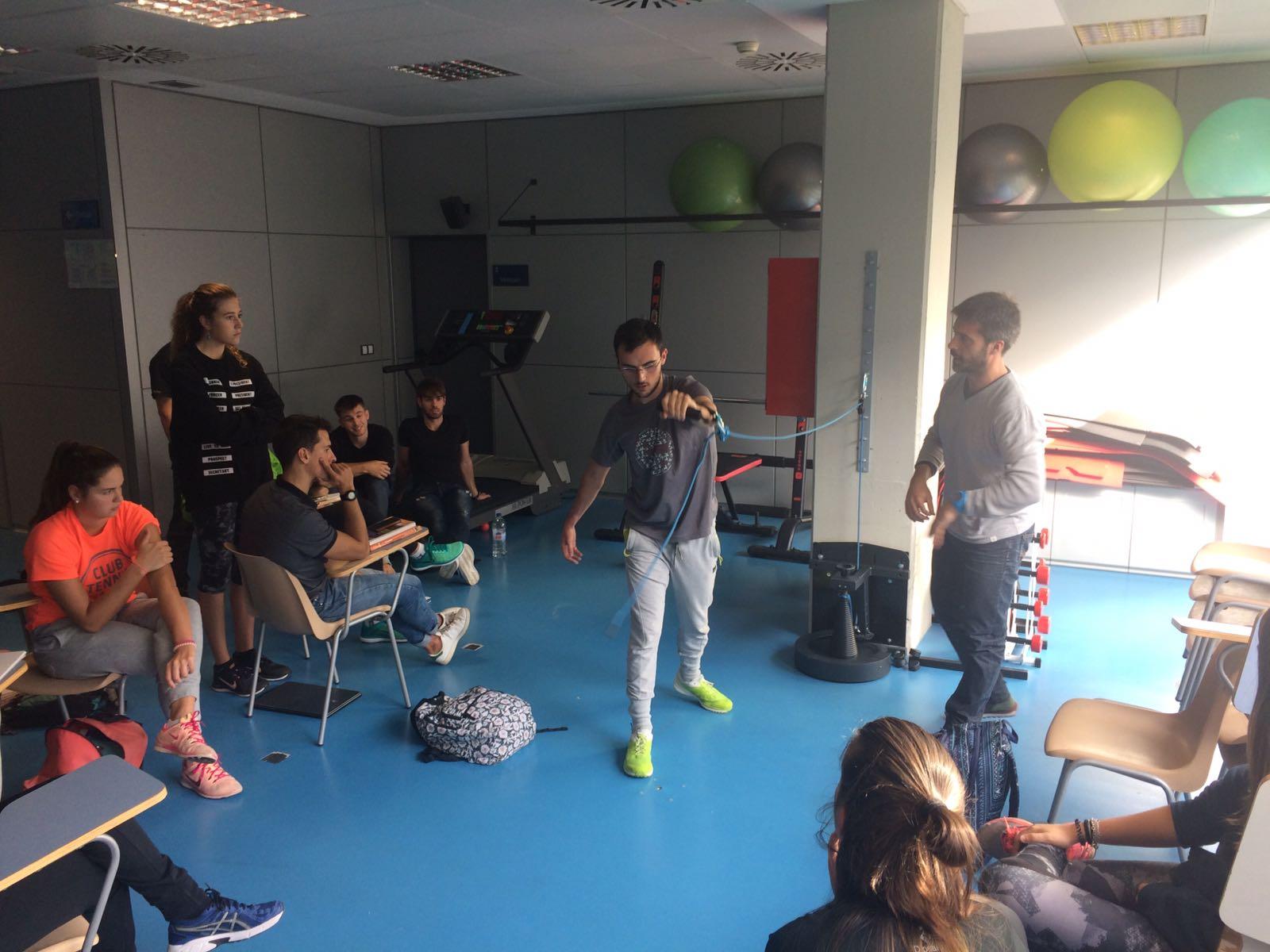 El readaptador esportiu del Girona FC Lluís Sala imparteix una sessió teòrico-pràctica d'entrenament de la força als alumnes de 3r de CAFE d'EUSES