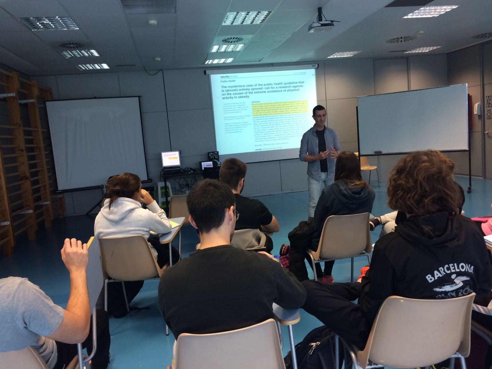 El fisioterapeuta i psiconeurinmunòleg Pau Oller imparteix un seminari als alumnes de 3r curs de CAFE d'EUSES