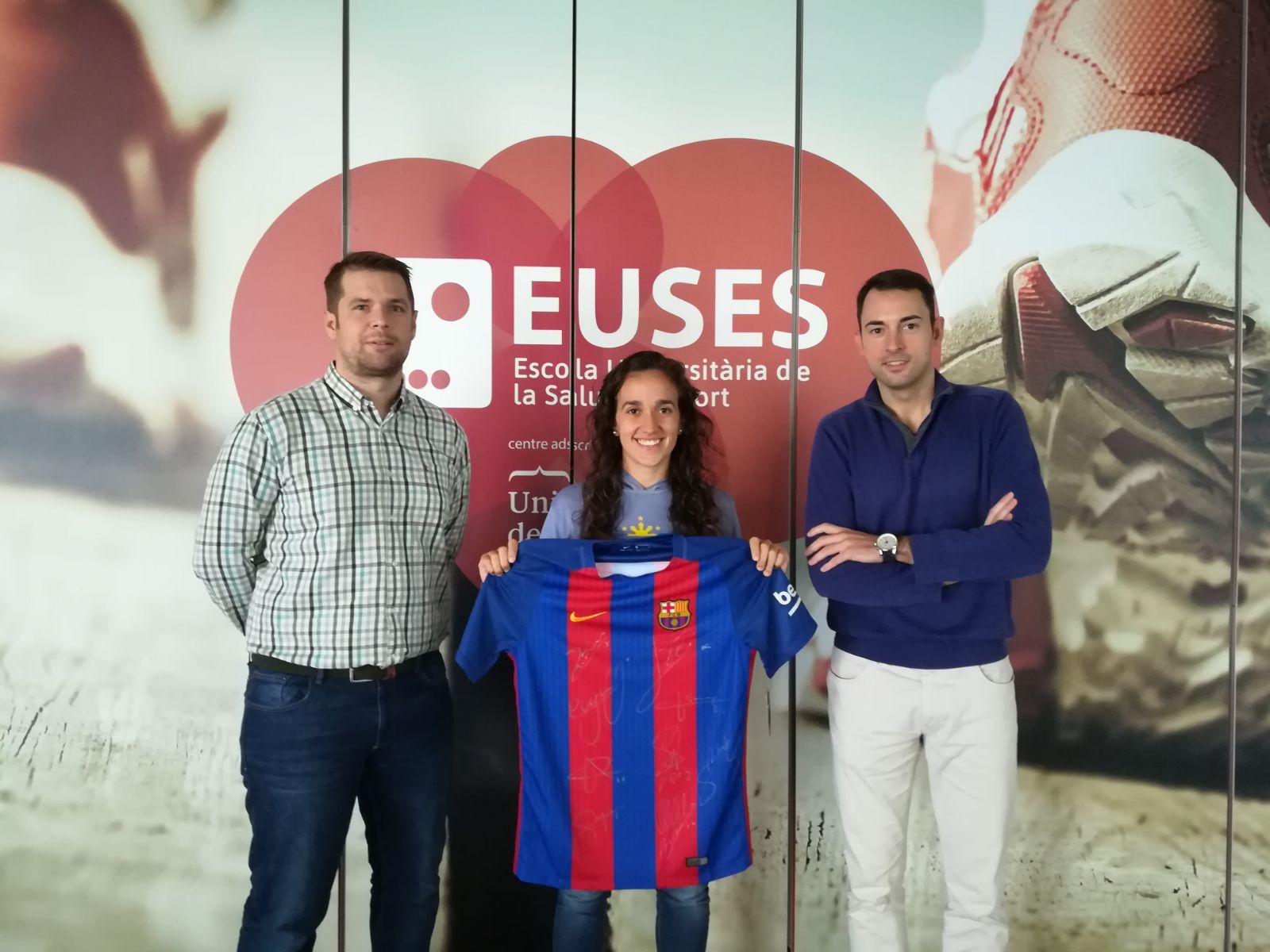 Rut Pera i Ivan Ribas, alumnes de 1r curs de CAFE i de Fisioteràpia, guanyadors de la samarreta del FC Barcelona signada pels jugadors