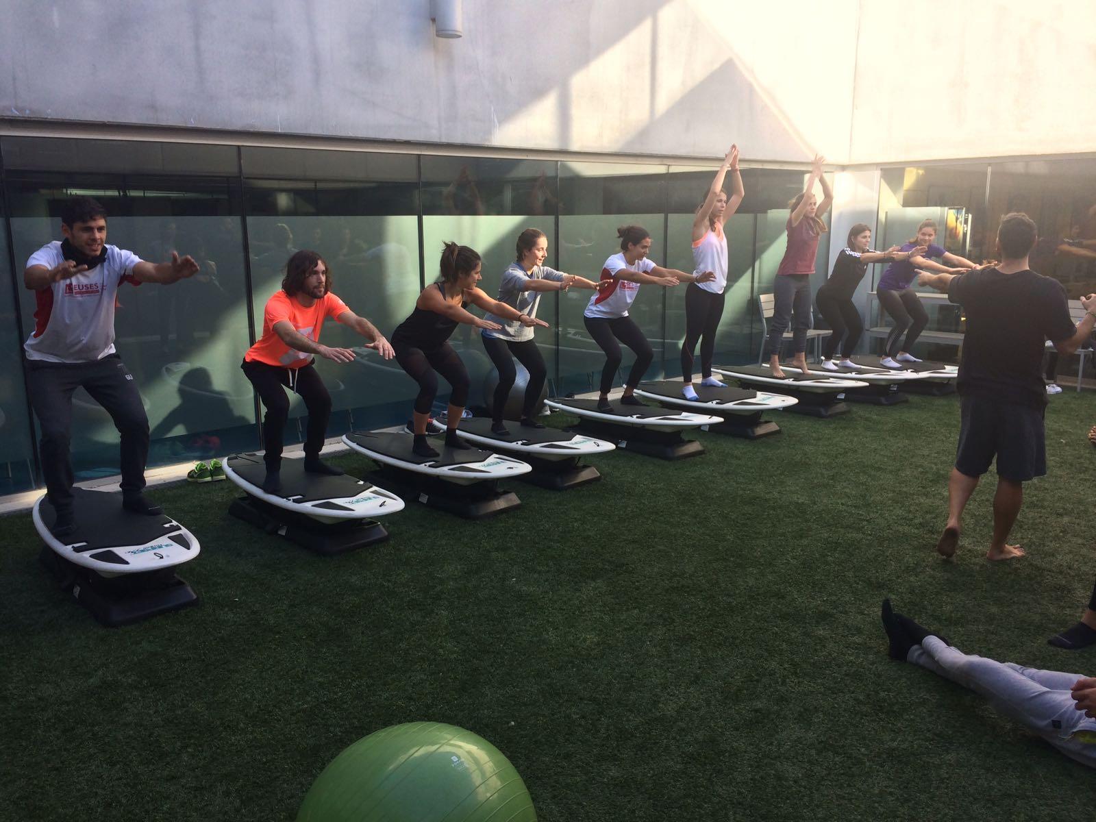 Els alumnes de 3r de CAFE es familiaritzen amb les taules de surf fitness en un seminari impartit pels responsables de Surfset Spain dins l'assignatura de Noves Tendències d'Entrenament