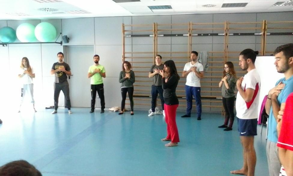 Classe de Qi-Gong a càrrec de la professora Xènia Ros als alumnes de 4t de CAFE d'EUSES dins l'assignatura de Teràpies Holístiques