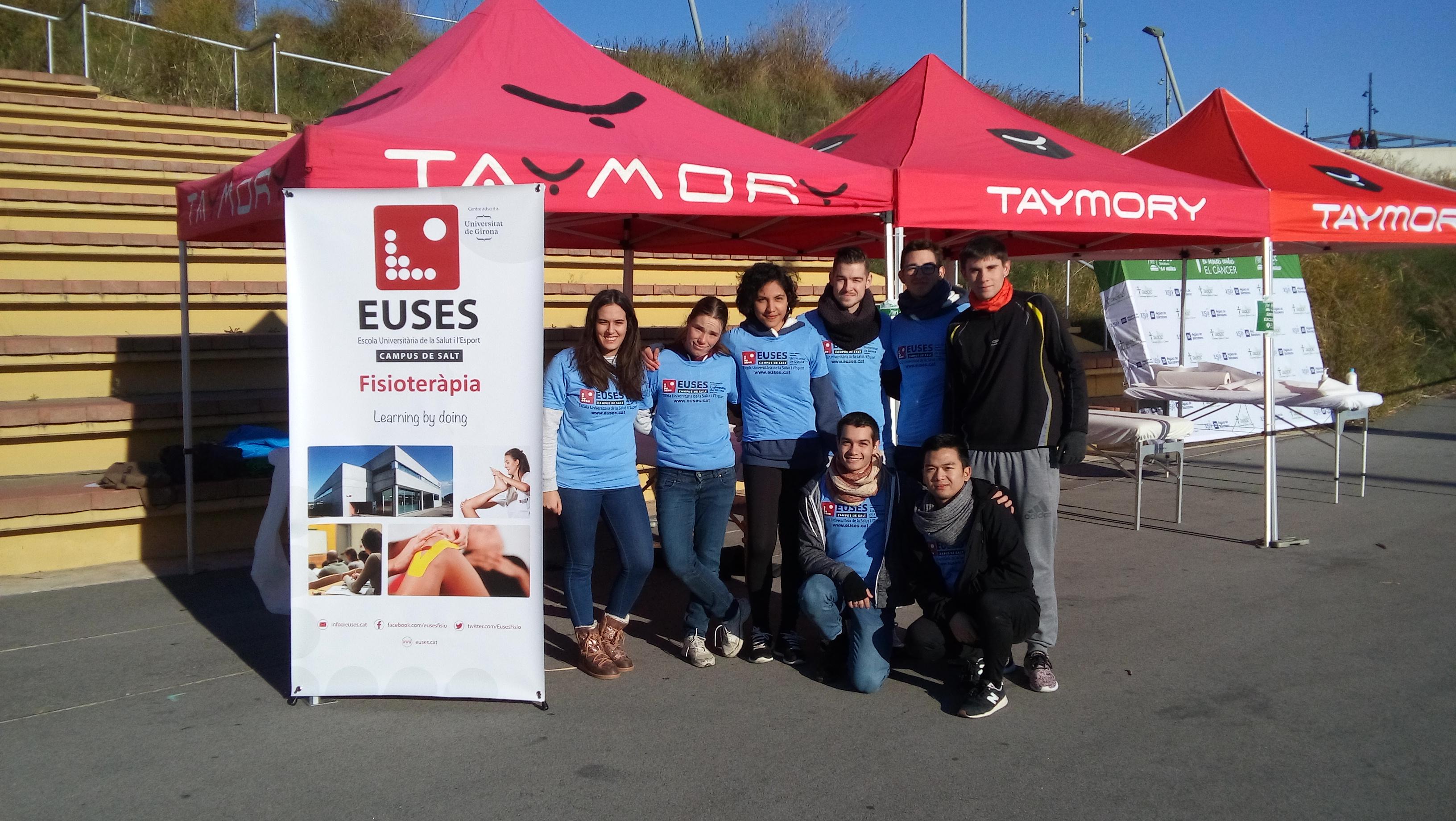 Estudiants del Grau en Fisioteràpia d'EUSES-UdG i de Physiotherapy-Barcelona recuperen els participants de la cursa contra el càncer de Barcelona