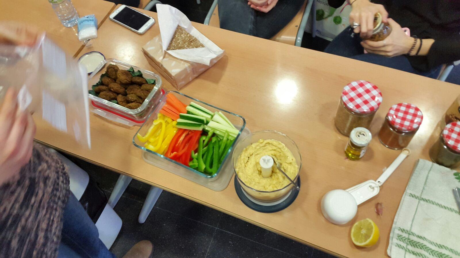 Els alumnes de 1r de Dietètica del Centre Garbí realitzen les exposicions dels treballs del crèdit d'Alimentació Equilibrada