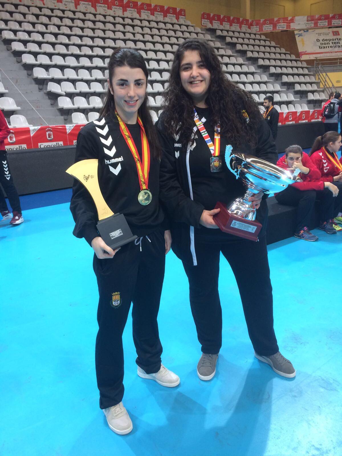 Dues estudiants del Grau en Fisioteràpia d'EUSES col·laboren amb les seleccions catalanes cadet i juvenil d'handbol en el campionat estatal celebrat a Pontevedra