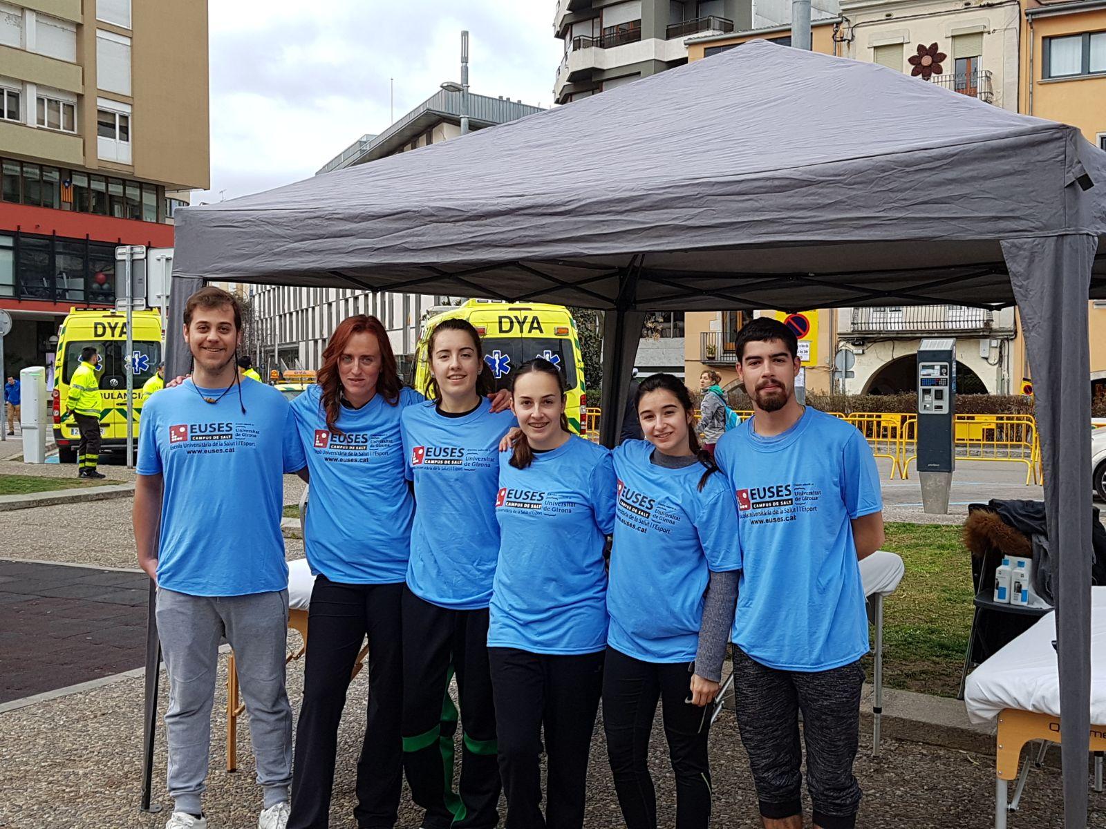Estudiants del Grau en Fisioteràpia d'EUSES recuperen els participants de la cursa contra el Càncer celebrada a Girona