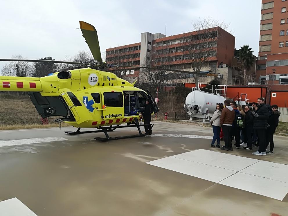 Els alumnes de 1r curs de Tècnic en Emergències Sanitàries del Centre Garbí visiten l'helicòpter medicalitzat del SEM a l'hospital Josep Trueta
