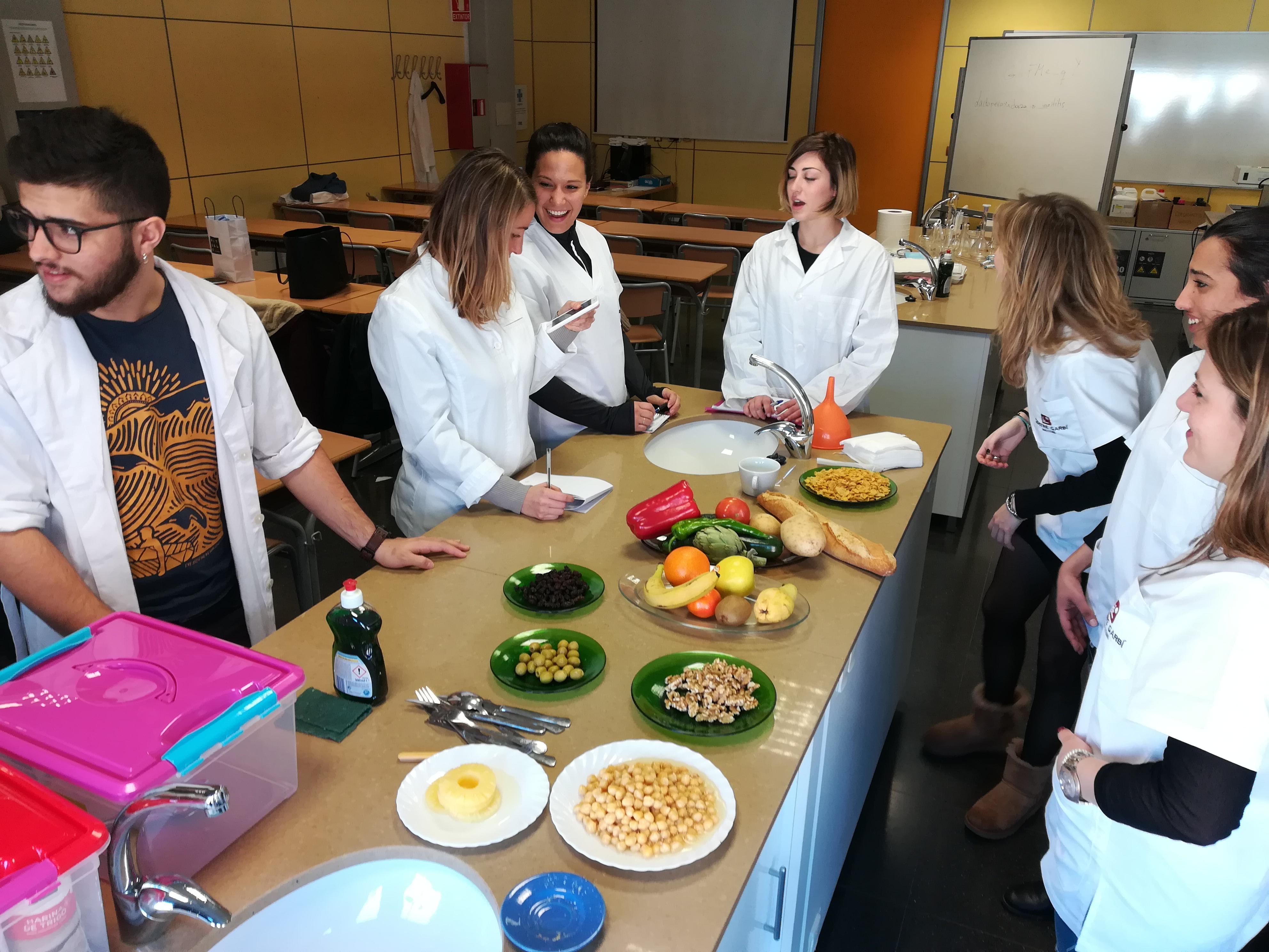 Els alumnes de 1r curs del cicle de Dietètica del Centre Garbí realitzen una activitat de pesatge emmarcada dins l'assignatura d'Alimentació Equilibrada