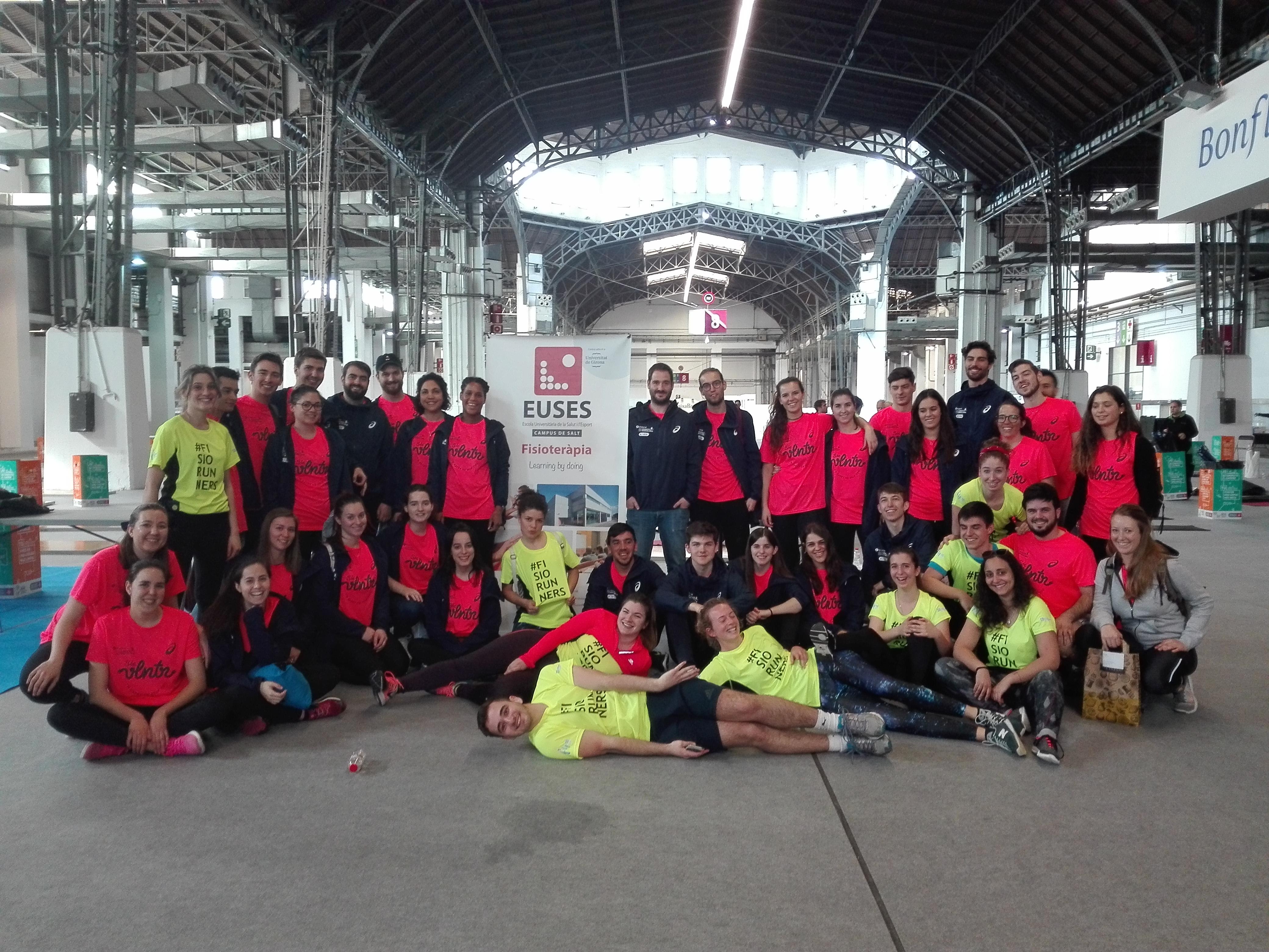 L'Escola Universitària de la Salut i l'Esport col·labora en la Zurich Marató de Barcelona amb una quarantena d'estudiants del Grau en Fisioteràpia