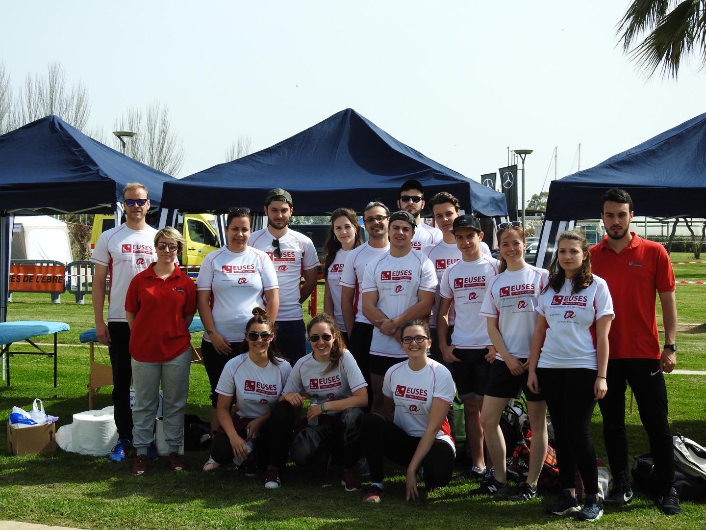 Alumnes del Grau en Fisioteràpia d'EUSES-URV fan de voluntaris al Triatló de Sant Carles de la Ràpita