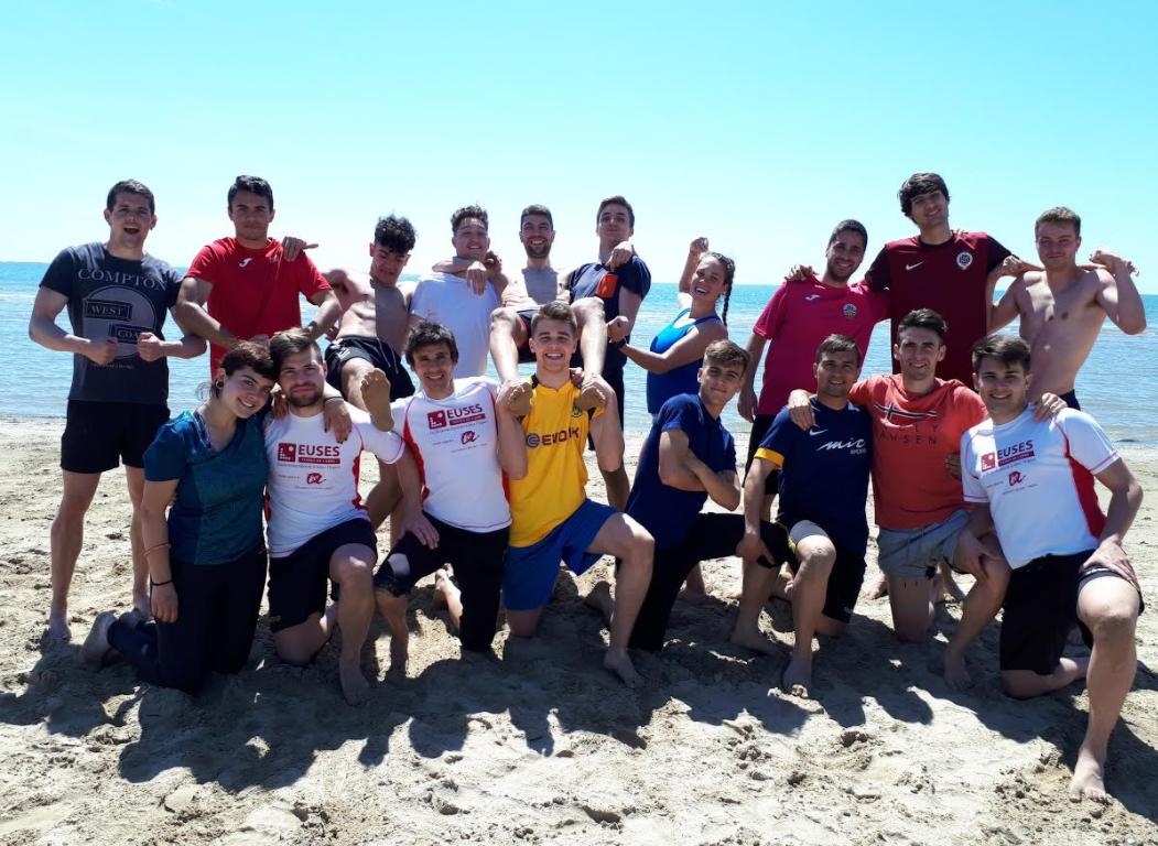 Sessió a la platja dels alumnes de 1r de CAFE d'EUSES-URV